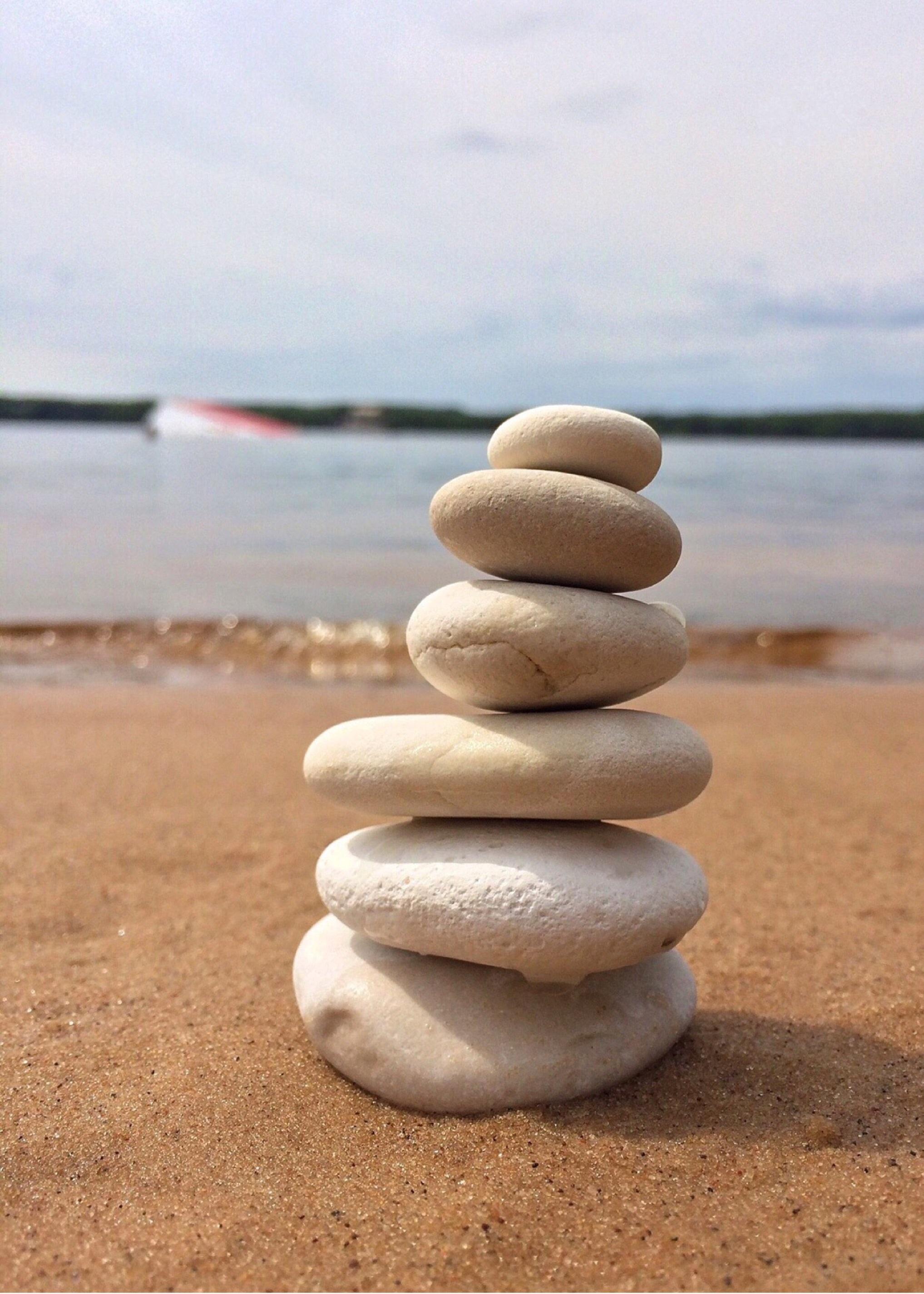 playa mar arena rock apuntalar piedra tranquilo equilibrar guijarro material zen rocas apilado - Piedras Zen