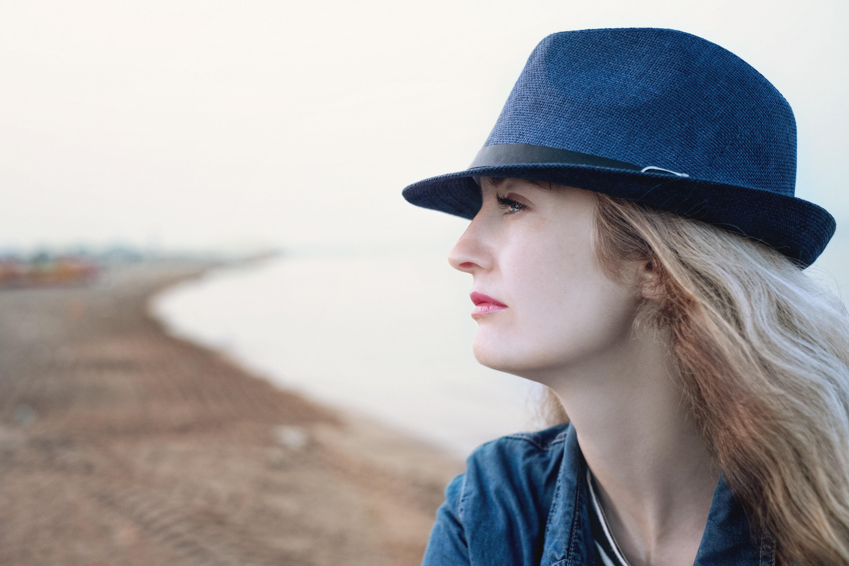 345f6518c3c3 pláž moře nebe dívka žena Pohled letní dovolená portrét model jaro barva  čepice móda modrý oblečení