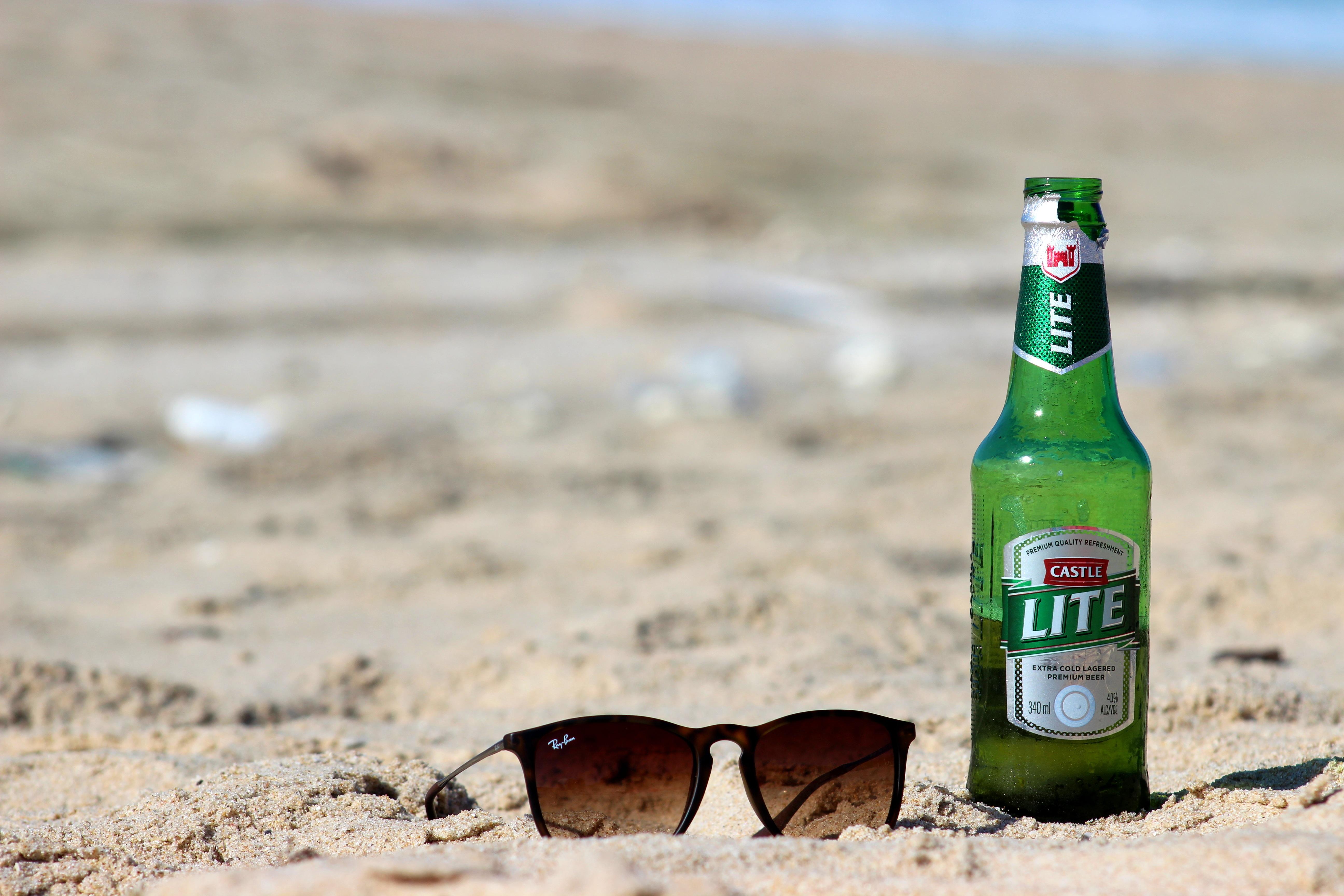 hình ảnh : bờ biển, mùa hè, kỳ nghỉ, trẻ, uống, chai, bia, rượu, Rượu, Ngoài trời, vui vẻ, vui mừng, Hạnh phúc, ngay Lê, kính râm, ngày cuối tuần, Bóng, ...