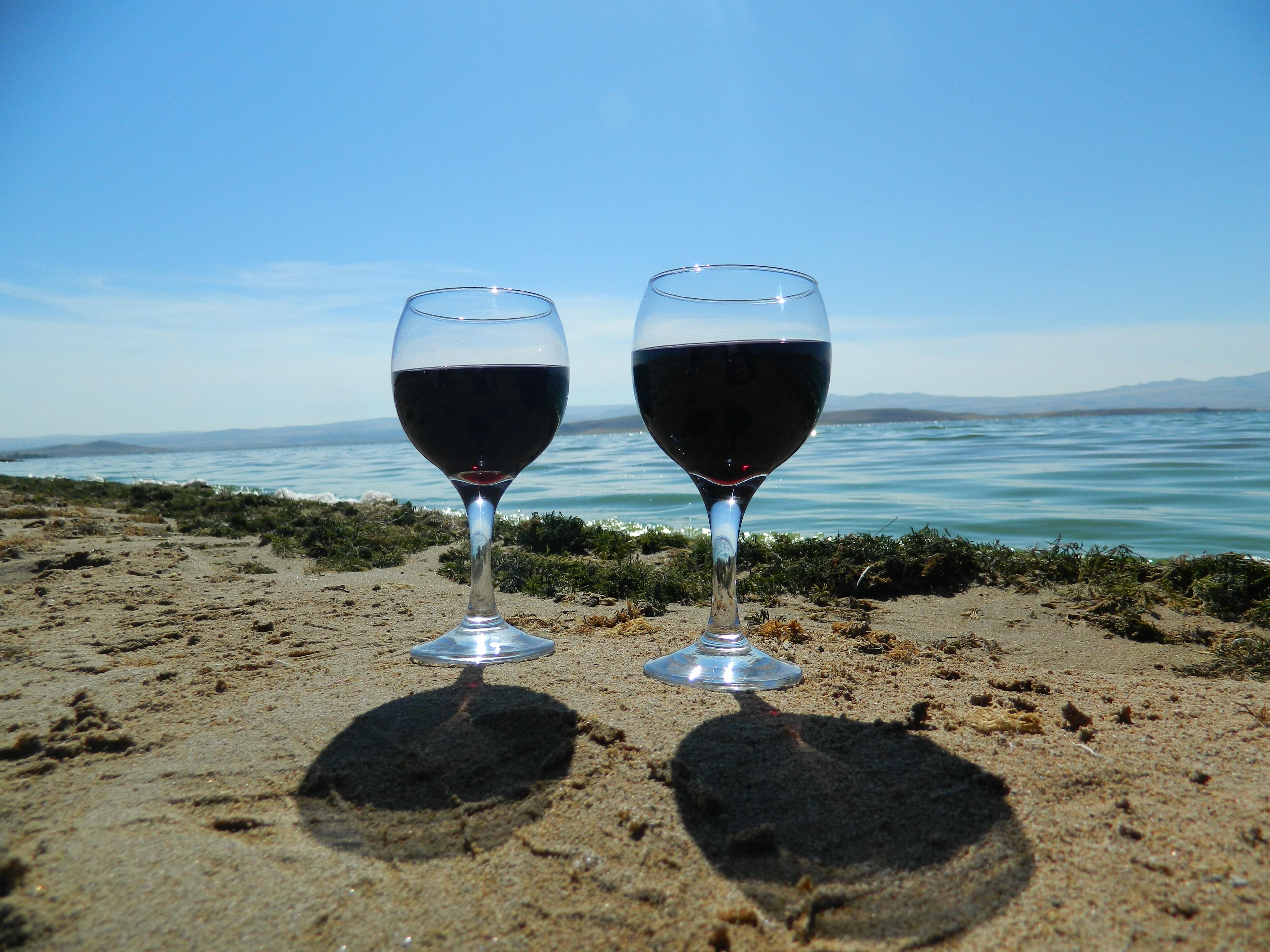картинки бокалов с вином на фоне моря словам хорват