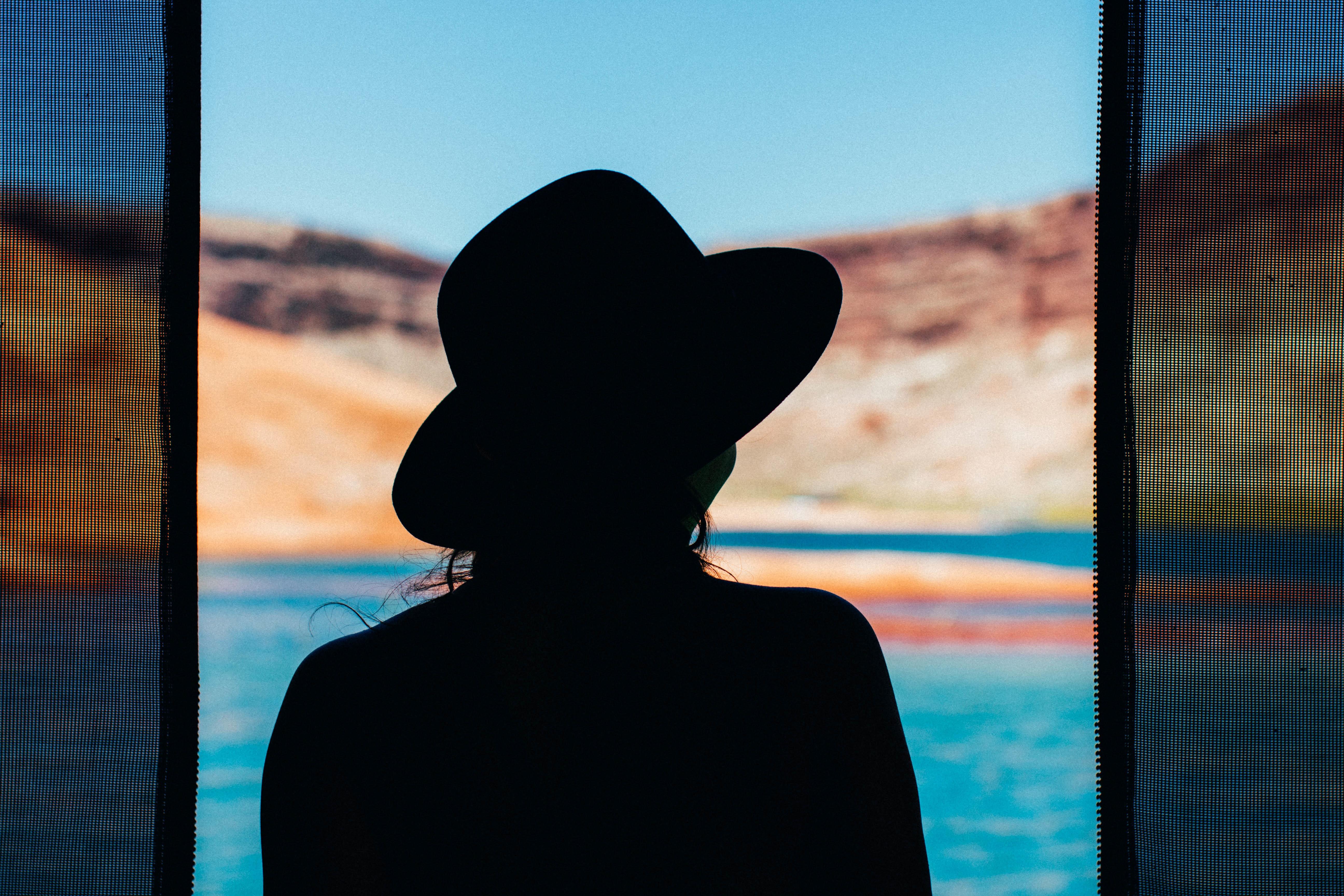 фото в шляпе картинки силуэт яркий
