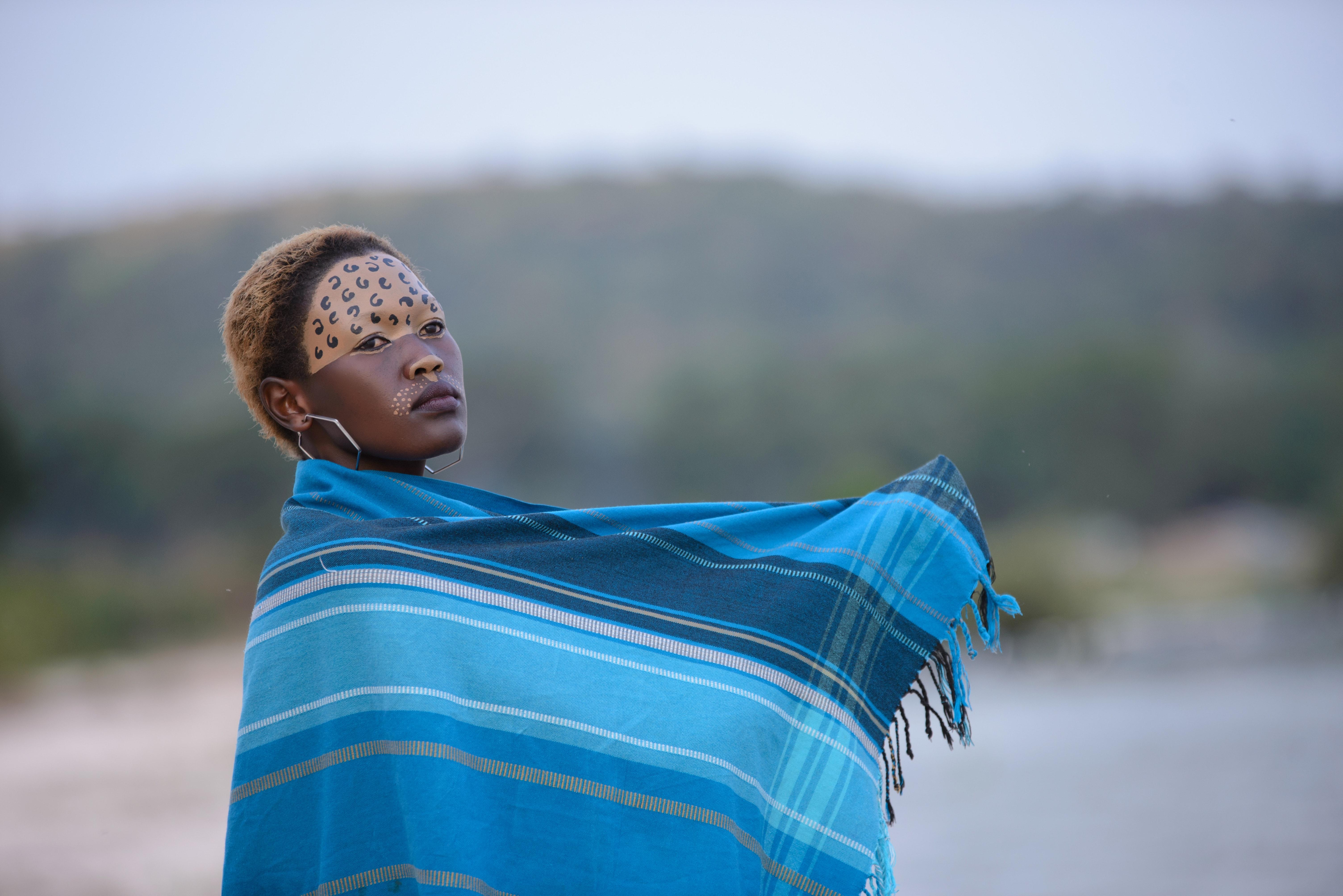 Fotoğraf Güzel Mavi Günışığı Yüz Yüz Boyası Moda Kız Boş