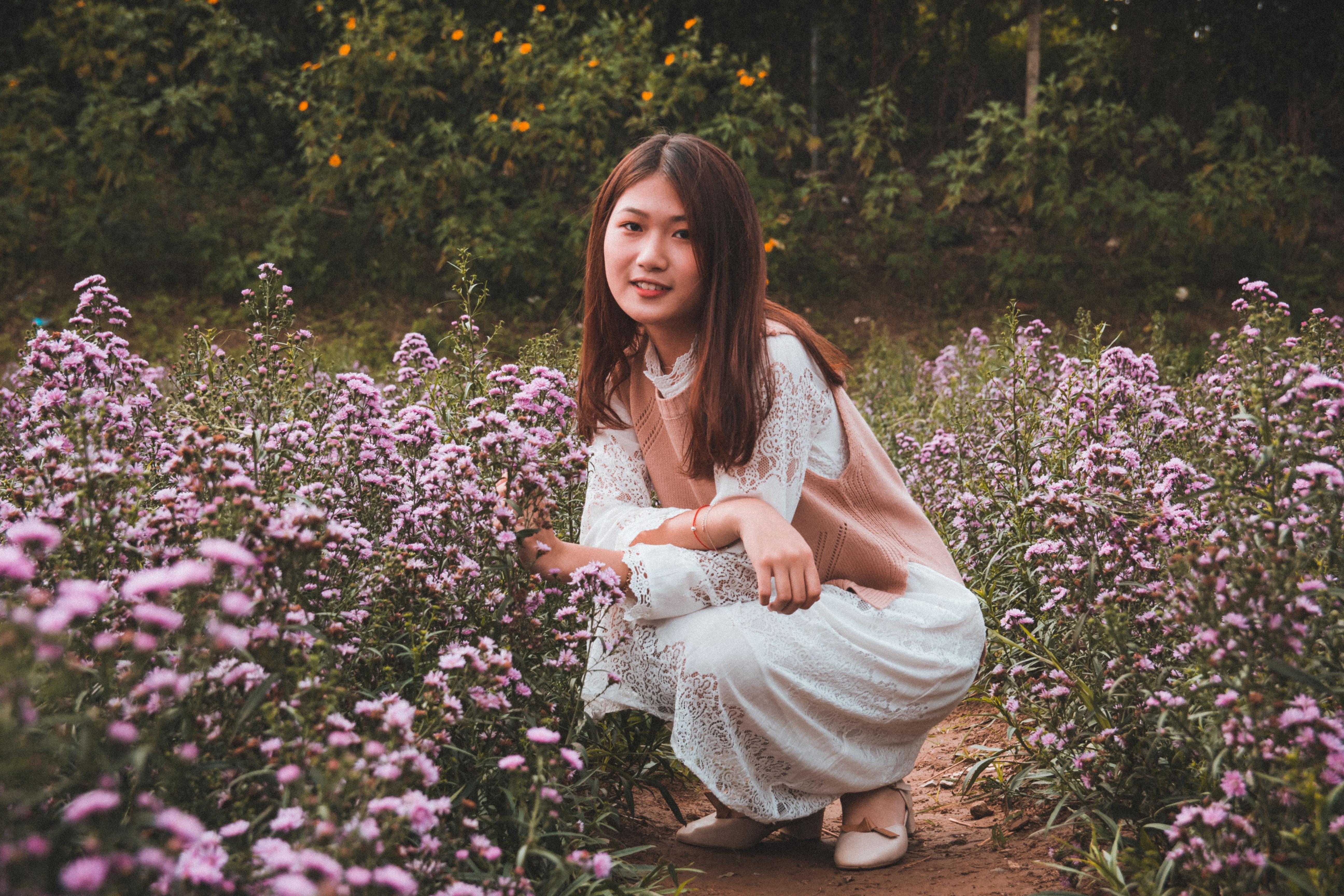 583c7fc058f2 smukke blomster smuk kvinde blomstrende dagslys flora blomster positur  udgør hugsiddende