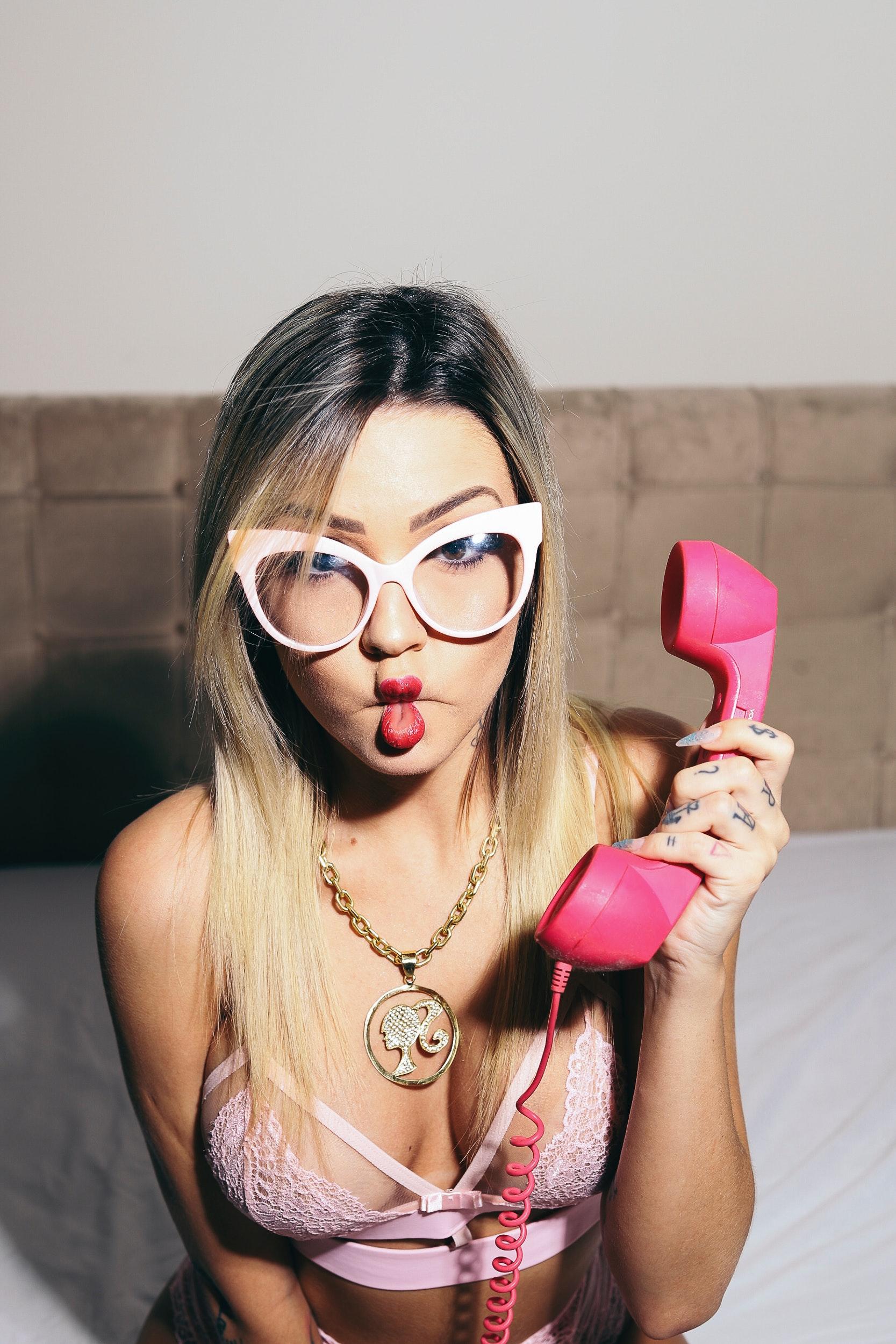 ff2176a08e25 smuk kvinde bedrift hed lingeri læber Photo shoot lyserød udgør smuk  puckered lips sexet solbriller telefon