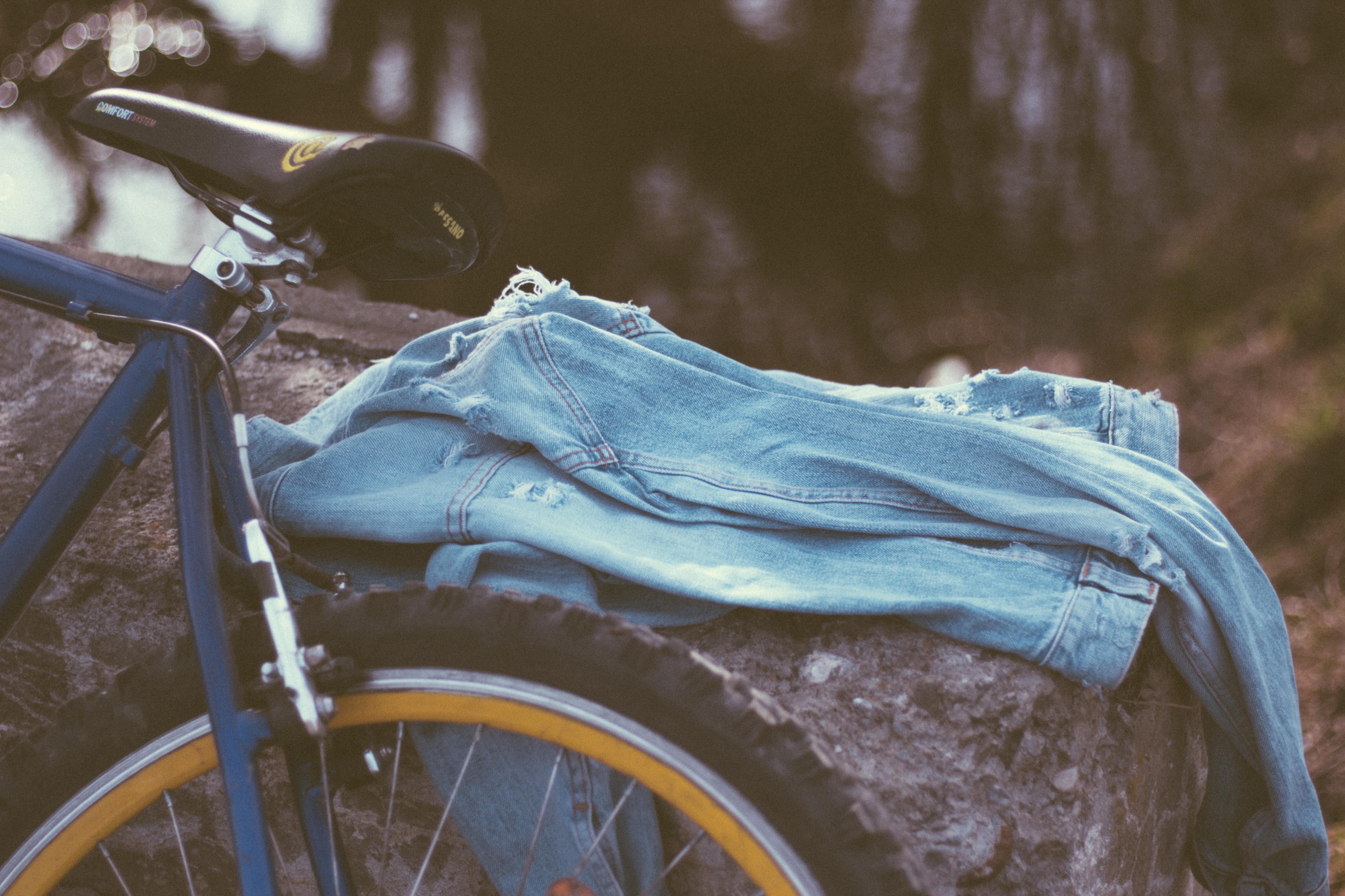 hình ảnh : Xe đạp, xe đạp, màu xanh da trời, áo khoác denim, Yên xe, Bị rách 5184x3456