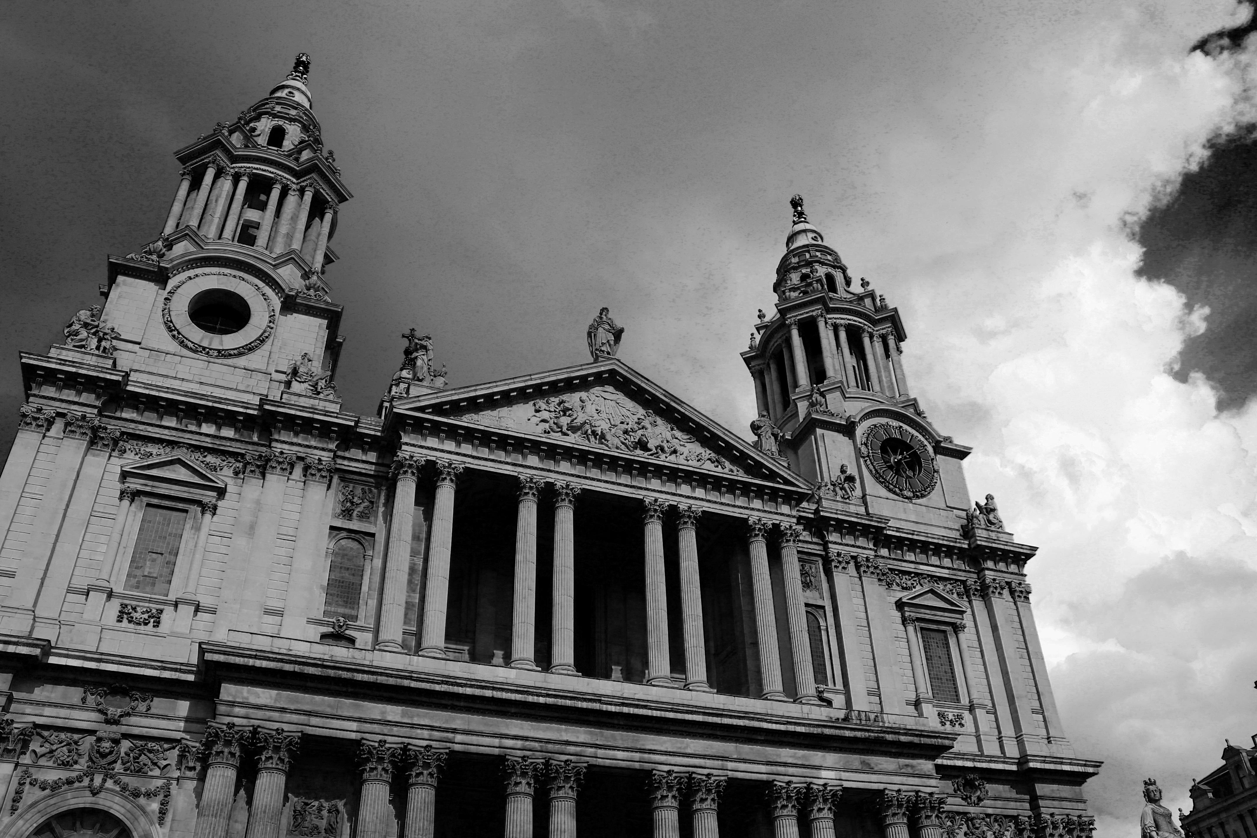 svart og hvit arkitektur bygning bybildet tårn landemerke fasade kirke katedral monokrom gudshus metropolis monokrom fotografering
