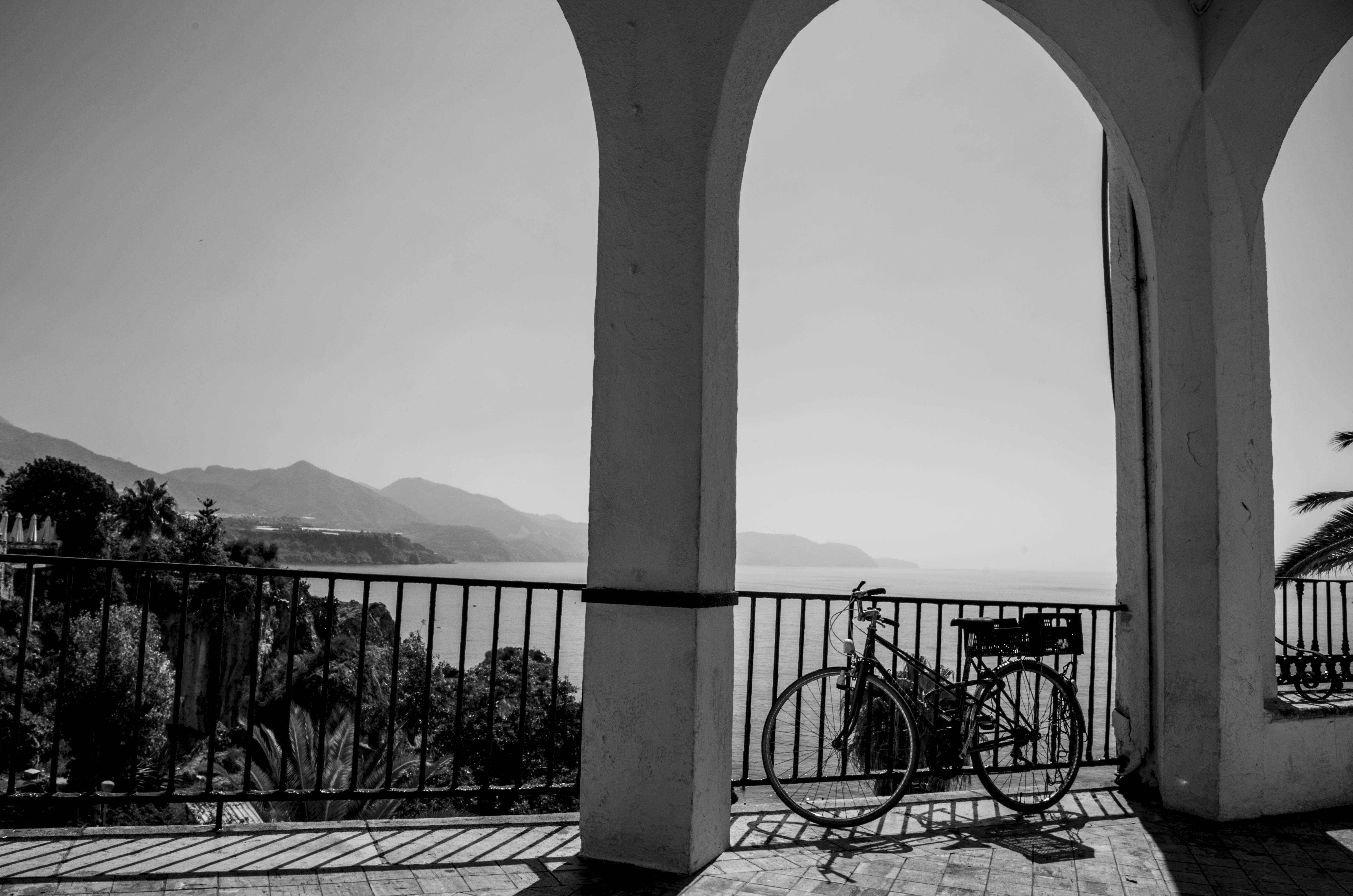 hình ảnh : đen và trắng, Kiến trúc, kết cấu, nhiếp ảnh, Retro, Xe đạp, cột, Mốc, Đơn sắc, Vòm, Đối xứng, Hình dạng, Nerja, Nhiếp ảnh đơn sắc, Balc n de ...