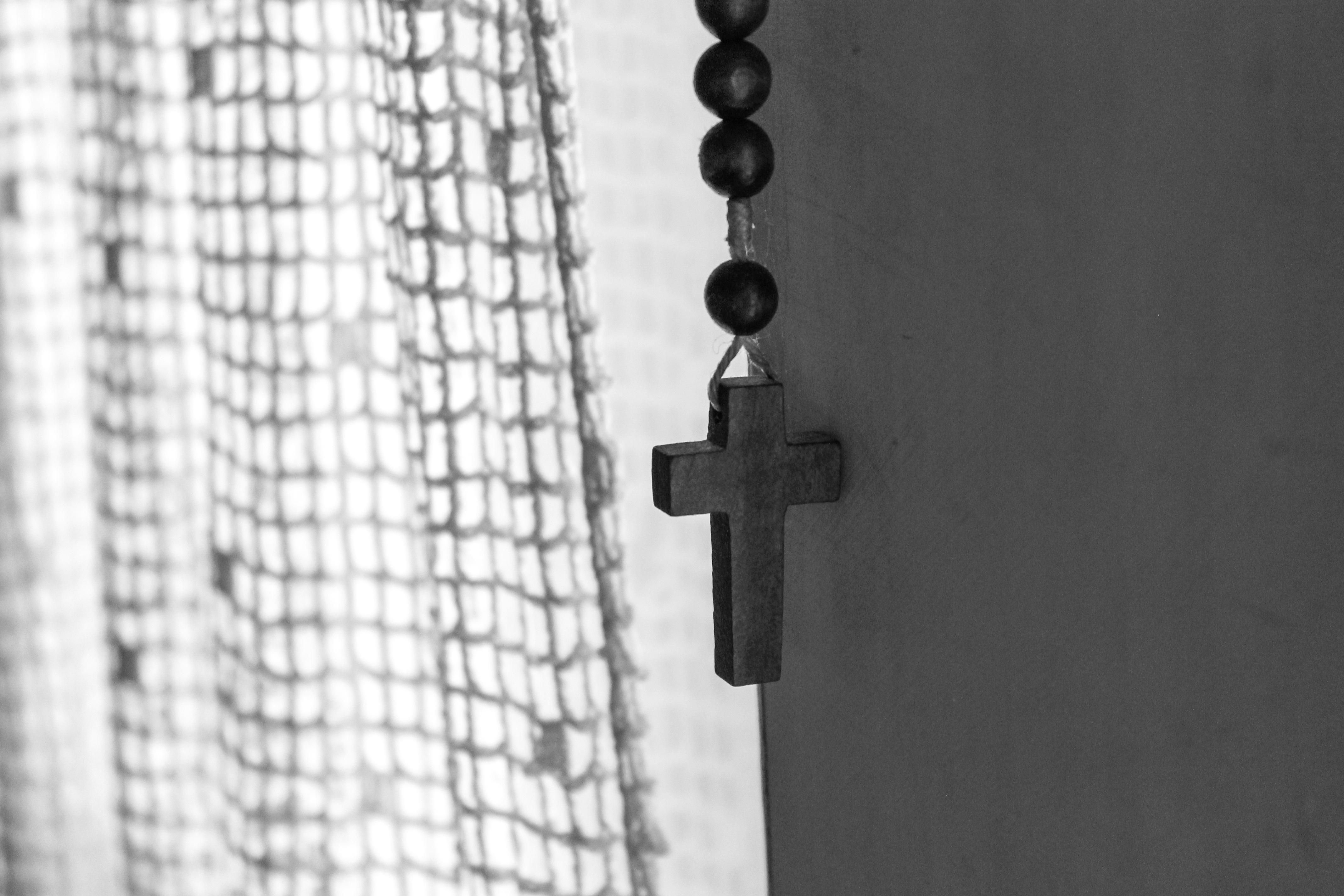 Hình Ảnh : Đen Và Trắng, Tòa Nhà, Mẫu, Hàng, Ký Hiệu, Tôn Giáo, Vượt Qua,  Đơn Sắc, Christian, Sự Gần Gũi, Cầu Nguyện, Góc, Nhiếp Ảnh Đơn Sắc 4272x2848
