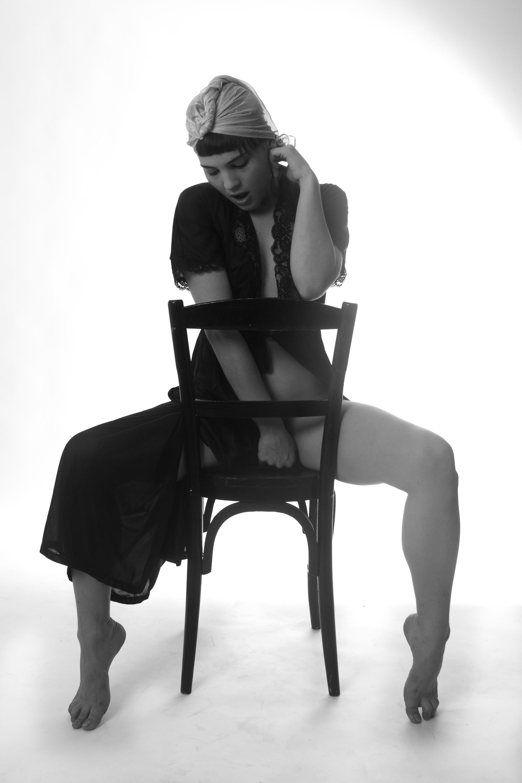 Картинка девушка сидящая на стуле