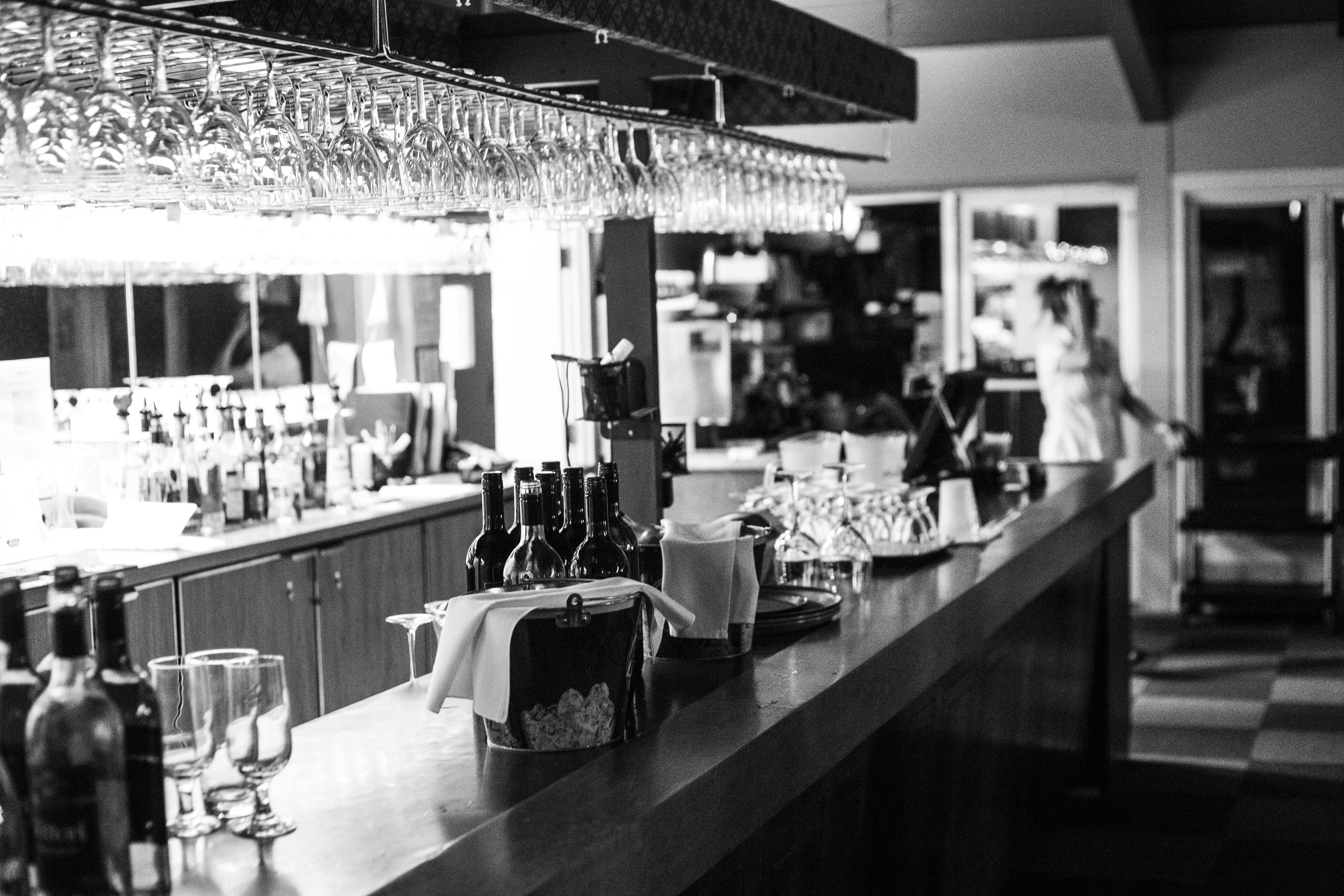 Fotos gratis en blanco y negro vaso restaurante bar for Disenos de interiores en blanco y negro