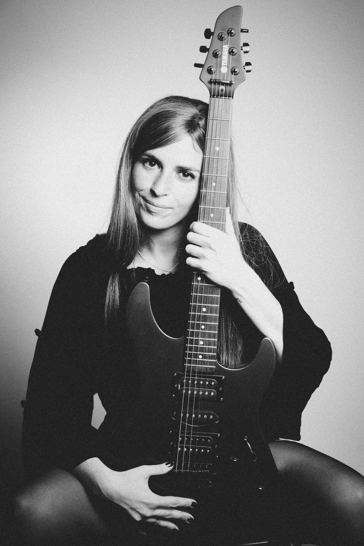 đen và trắng đàn ghi ta Guitarist nhạc cụ người Chân dung đẹp Dụng cụ dây
