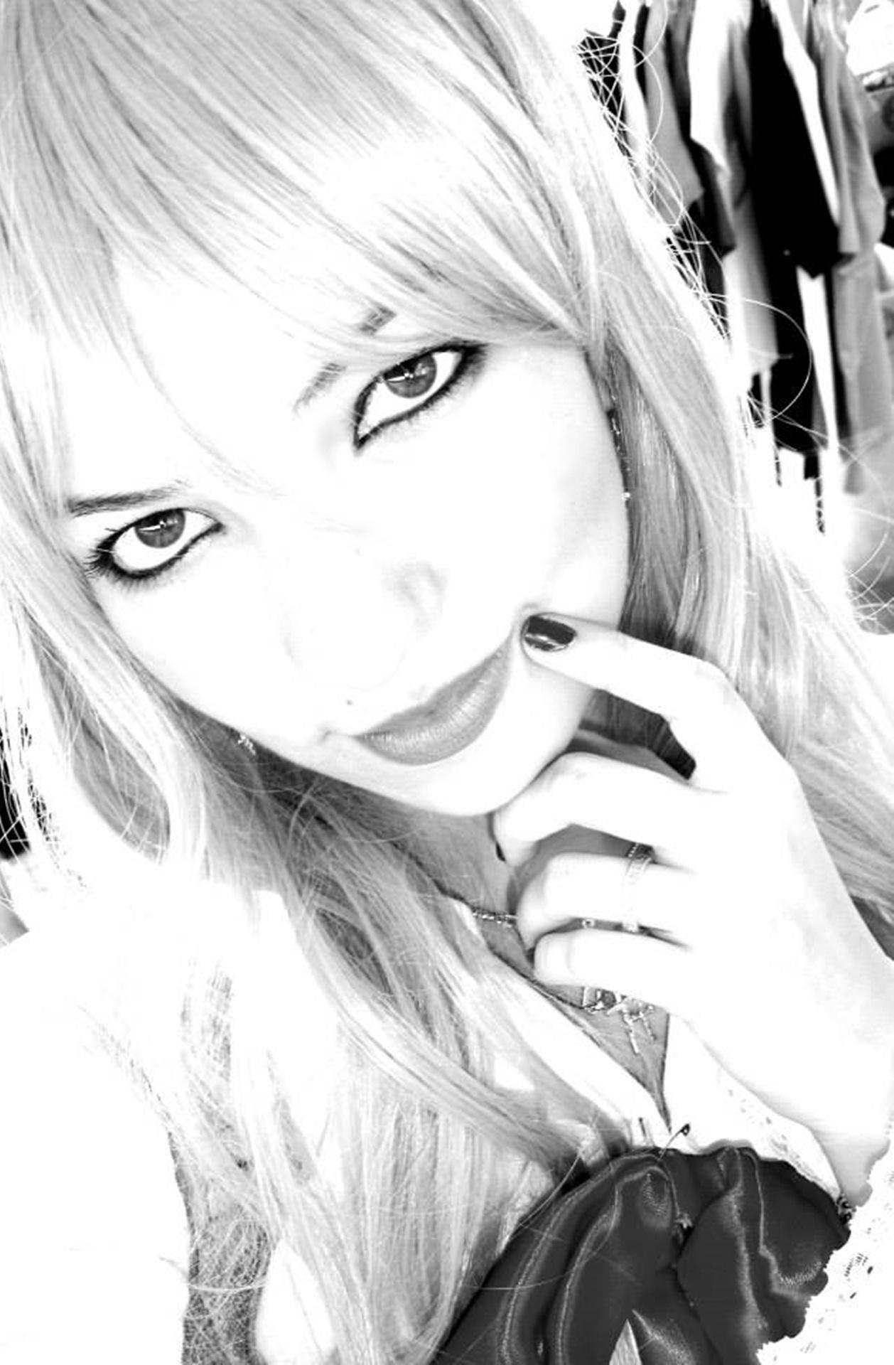 Hitam dan putih satu warna berambut pirang sketsa gambar ilustrasi mata pose berambut pirang fantasi anime