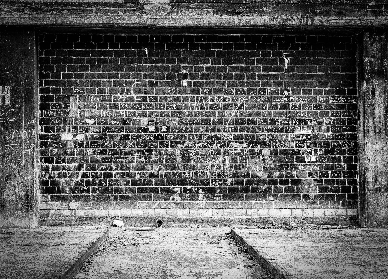 решили картинка серая стена на улице попала социальную