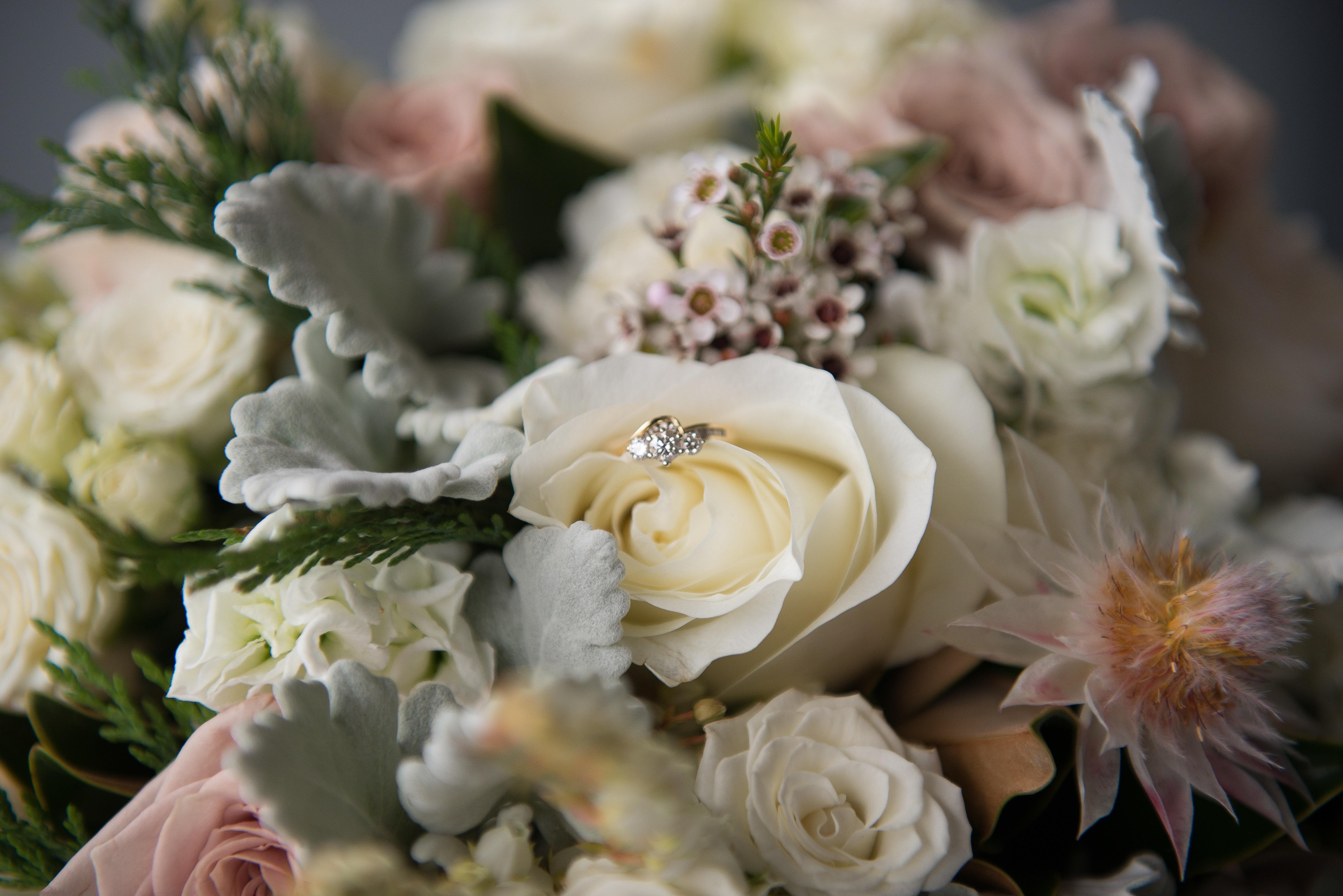 картинка кольцо и букет цветов
