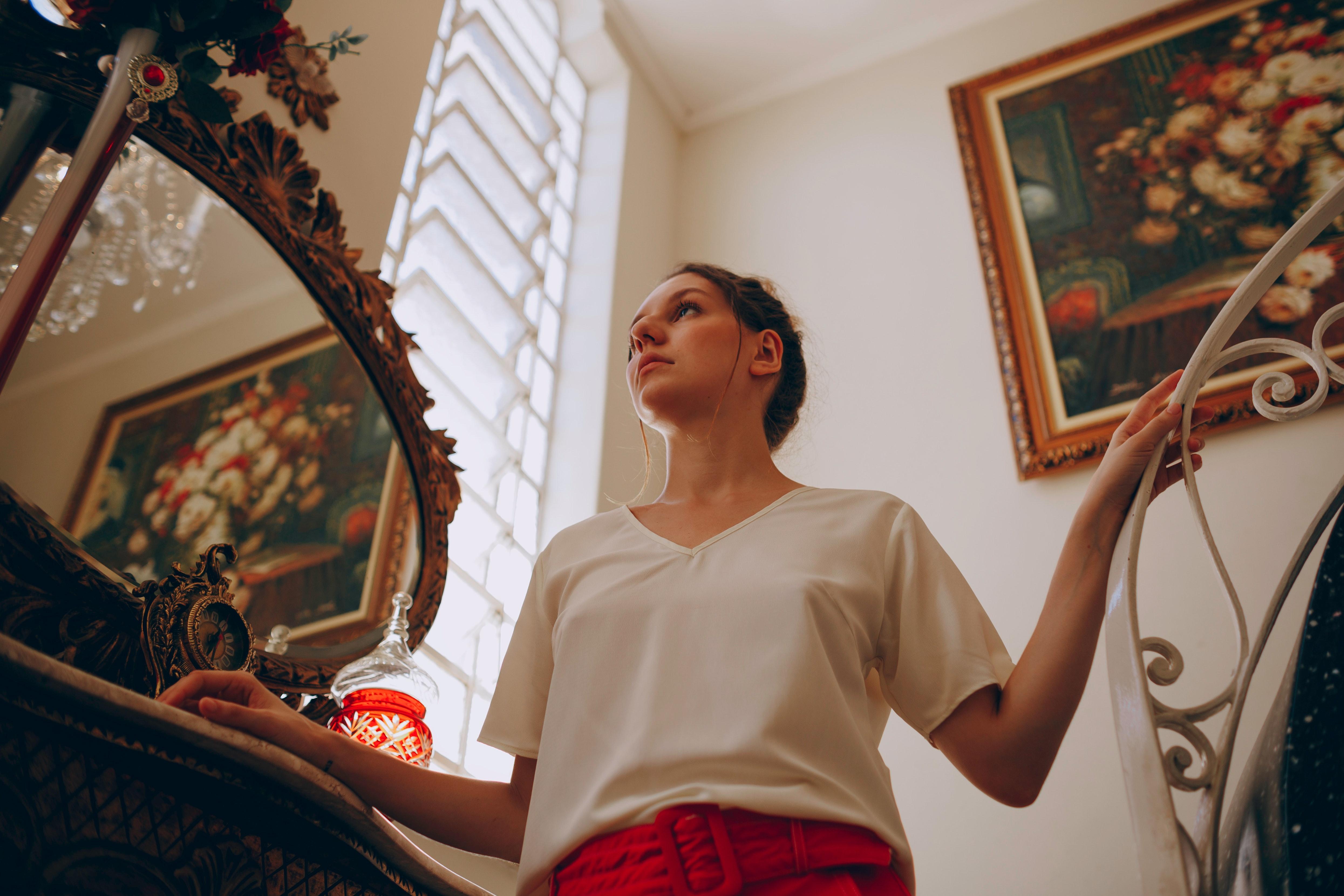 Fotoğraf Bluz Yüz Ifadesi Kadın Mobilya El Ray Kapalı