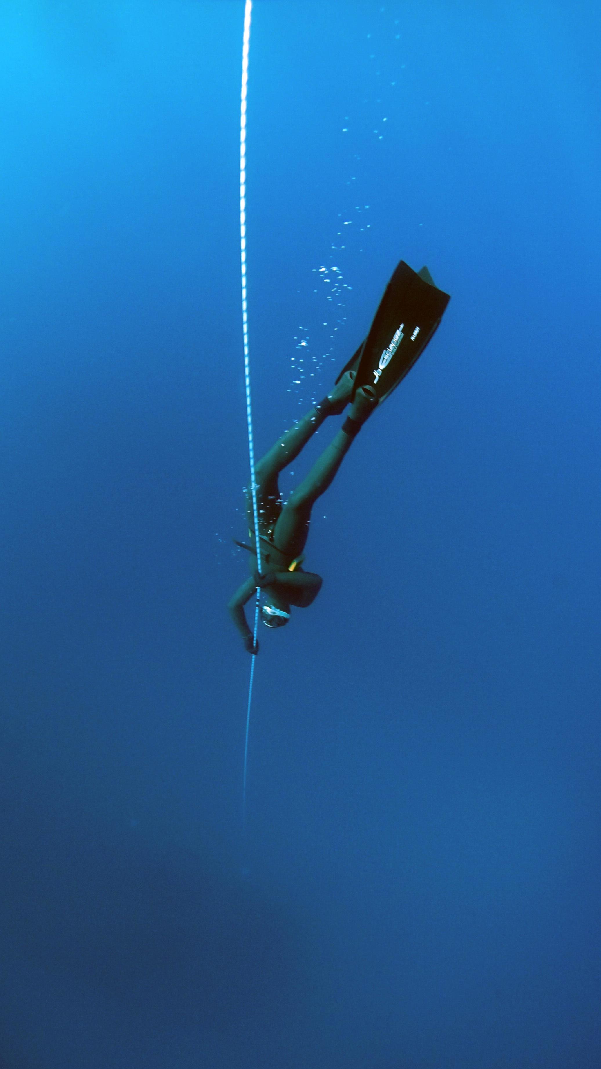 2072x3685 - Dive deep blue ...