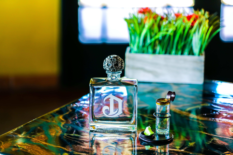 8ebf96f2b9b6 uskarp bakgrunn flaske nærbilde farger glass glass elementer briller  innendørs parfyme bord