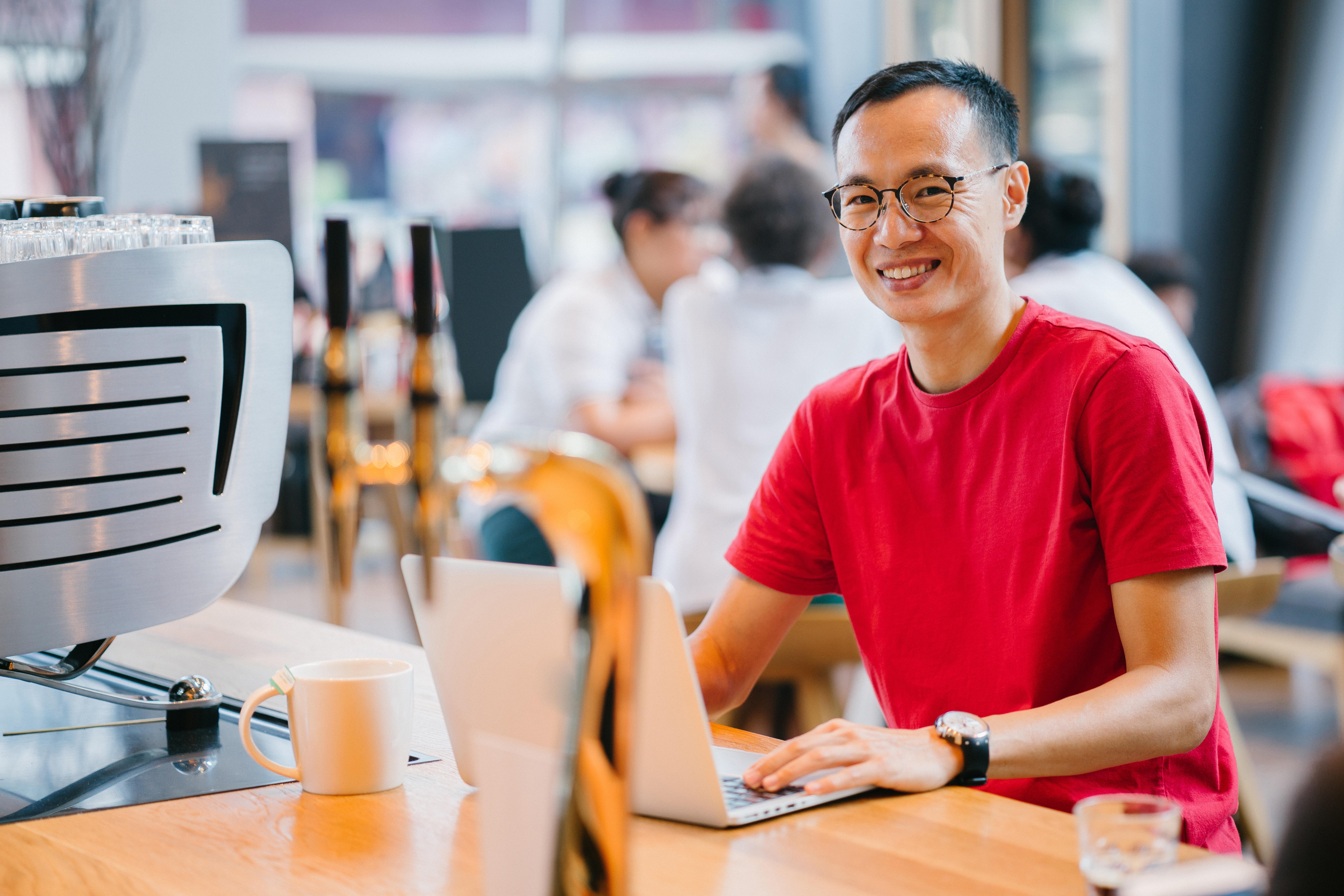1a12db9be018 uskarp bakgrunn virksomhet kafe uformelt kaffe Kaffebutikk digital nomade  briller ansiktsuttrykk innendørs laptop krus mennesker person