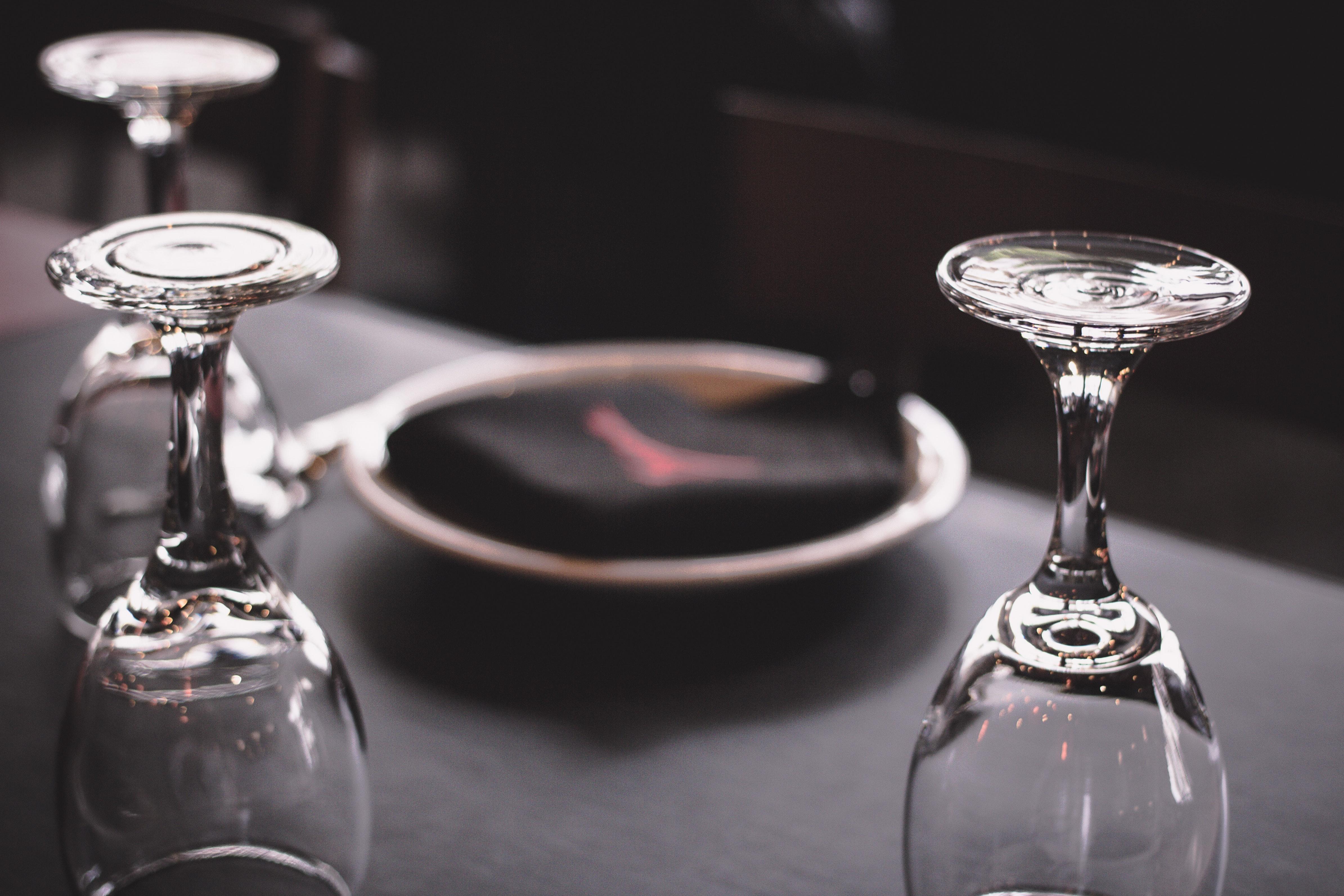 3056faf1a594 uskarp bakgrunn nærbilde krystall glass elementer briller innendørs  tallerken bord table setting