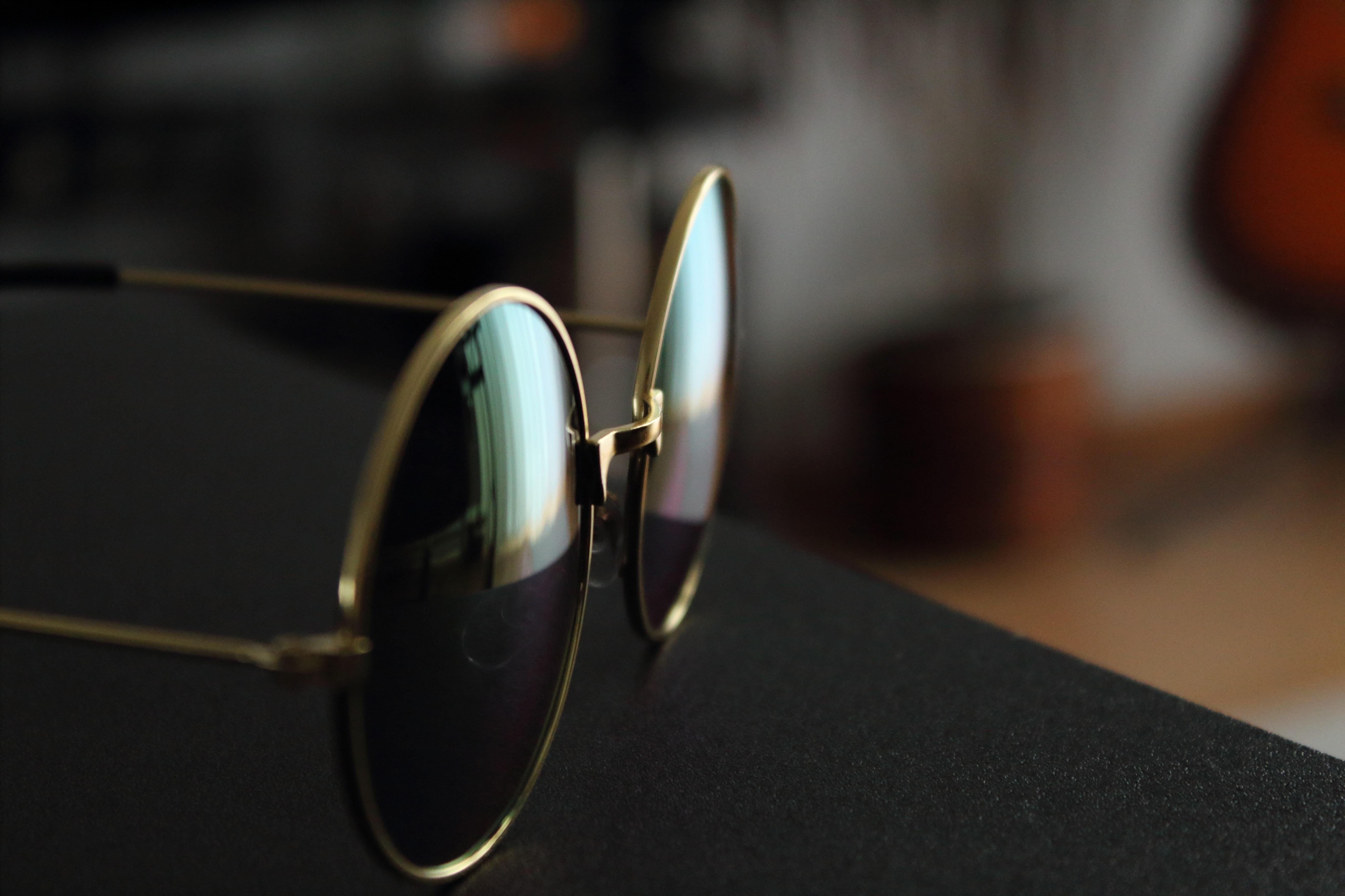 5e082fdc9376 uskarp bakgrunn nærbilde briller eyewear mote fasjonable fokus ramme gull  innendørs linse hyggelig refleksjoner solbriller bord