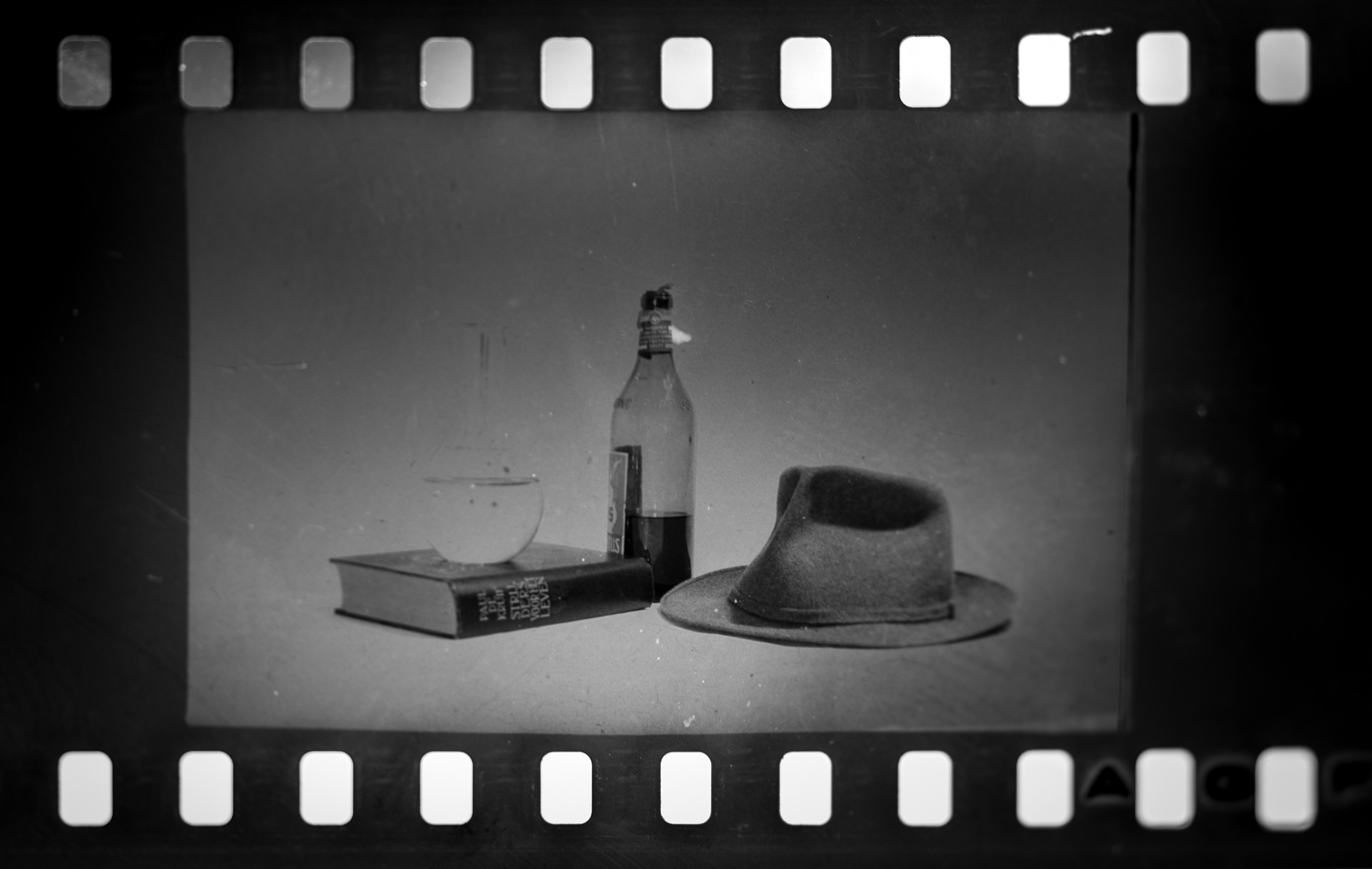 Fotoğraf Kitap Siyah Ve Beyaz Bardak Analog Gölge şapka Içki