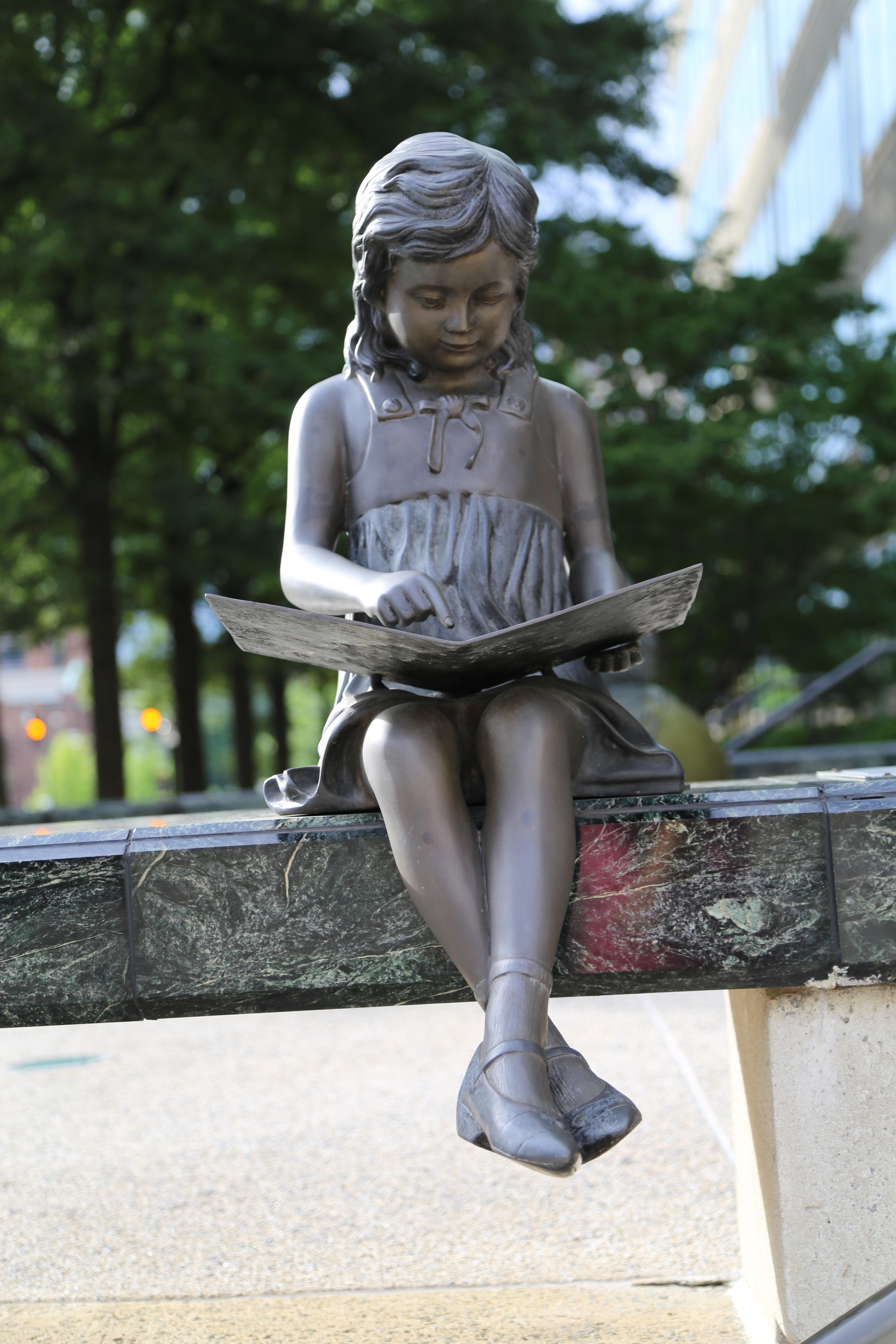 fotos gratis   libro  ni u00f1a  ni u00f1o  leyendo  monumento