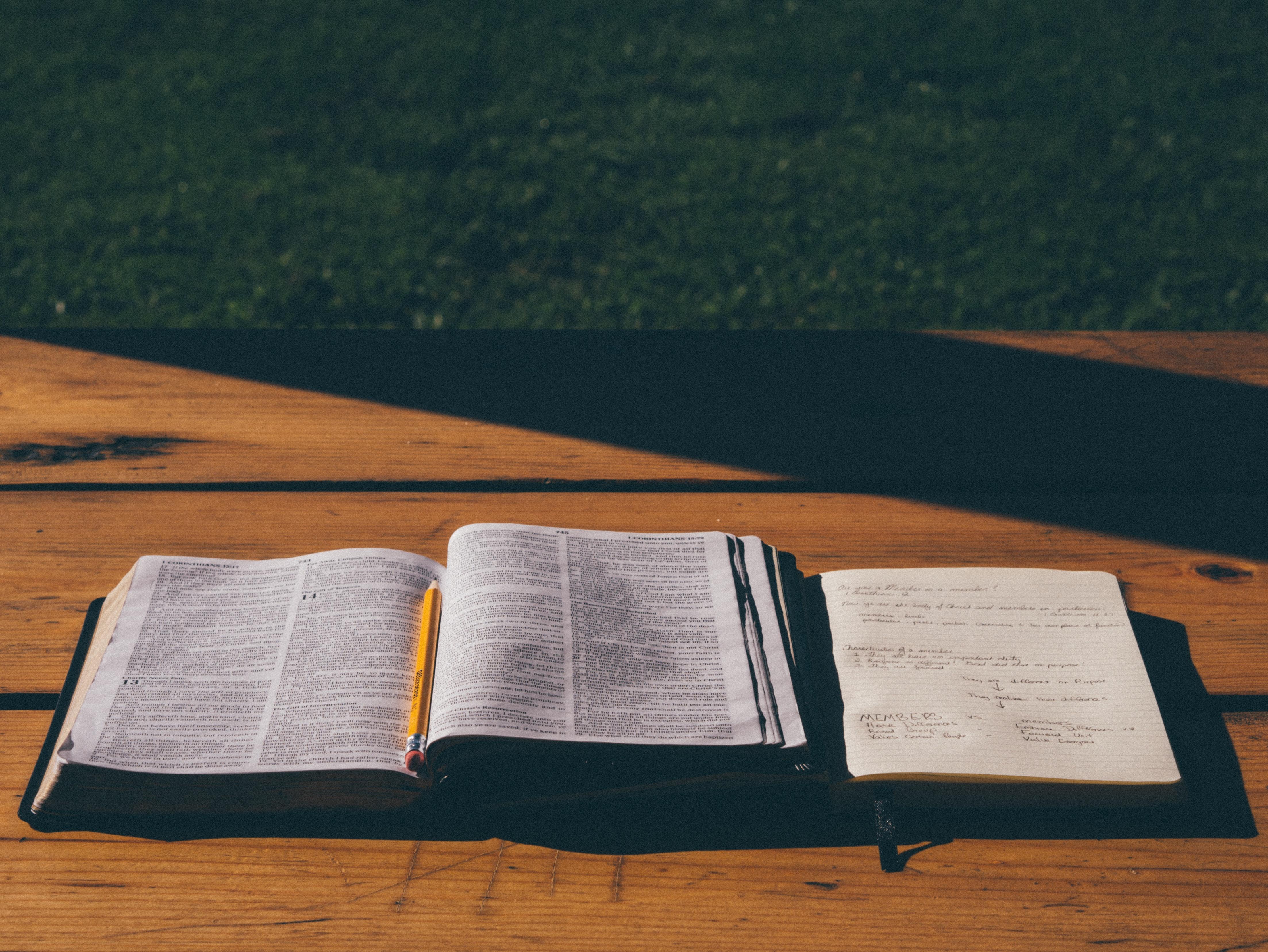 Kostenlose foto : Buch, Bleistift, Holz, Bibel, Hinweis, Studie ...