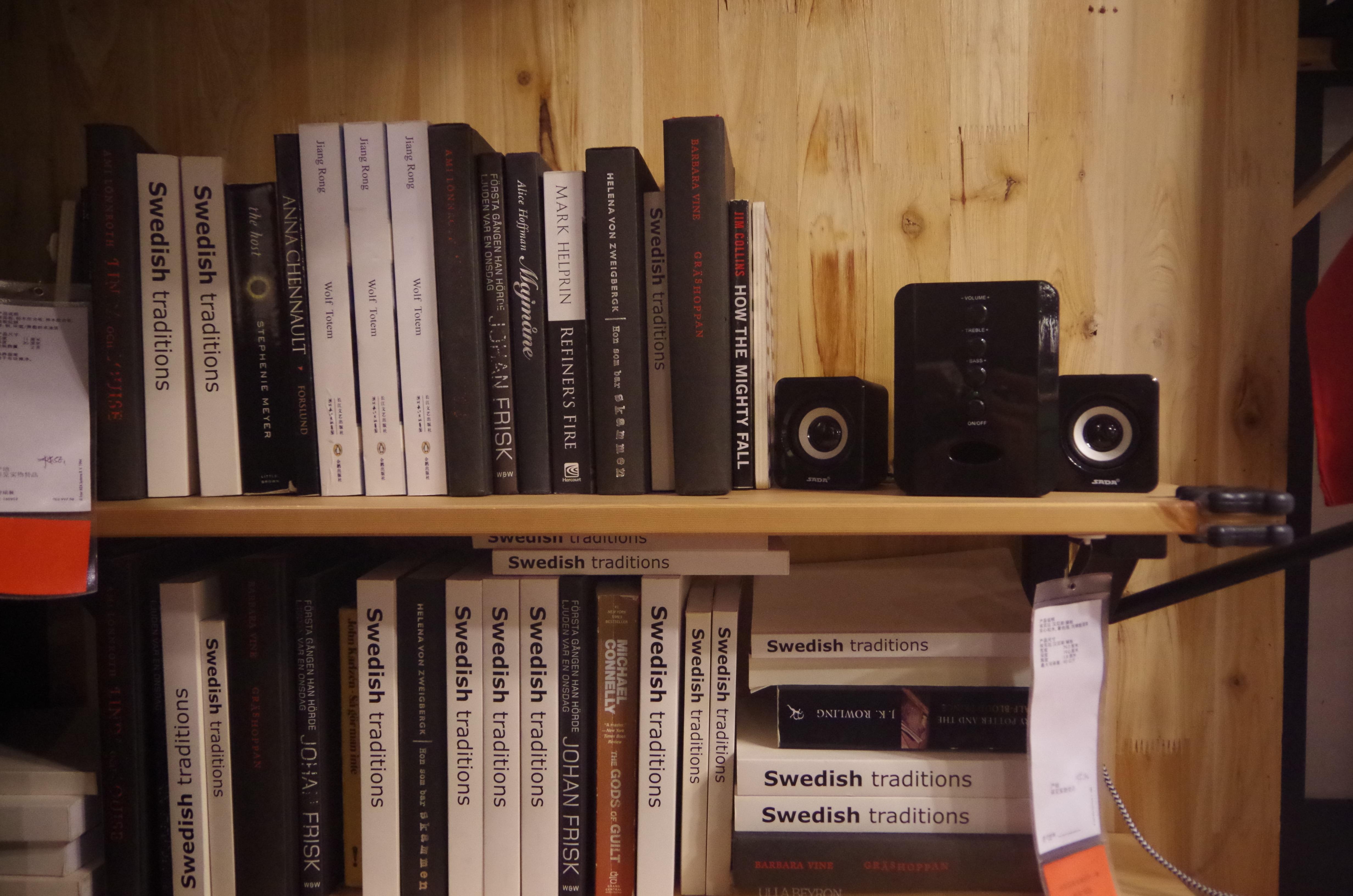 Fotos gratis libro madera estante mueble habitaci n for Libros de diseno de interiores