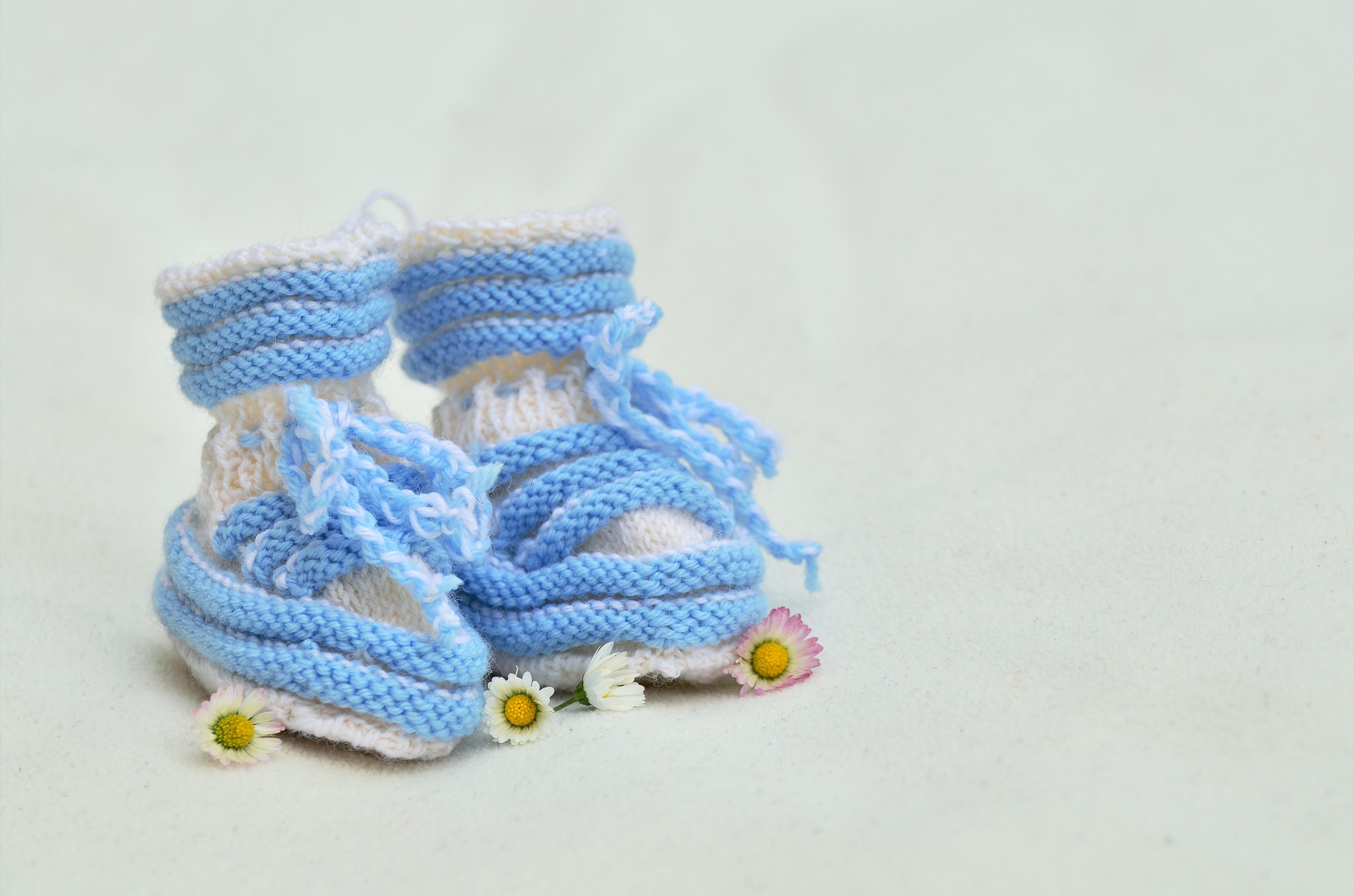 Fotos gratis : chico, regalo, patrón, azul, tejer, lana, producto ...