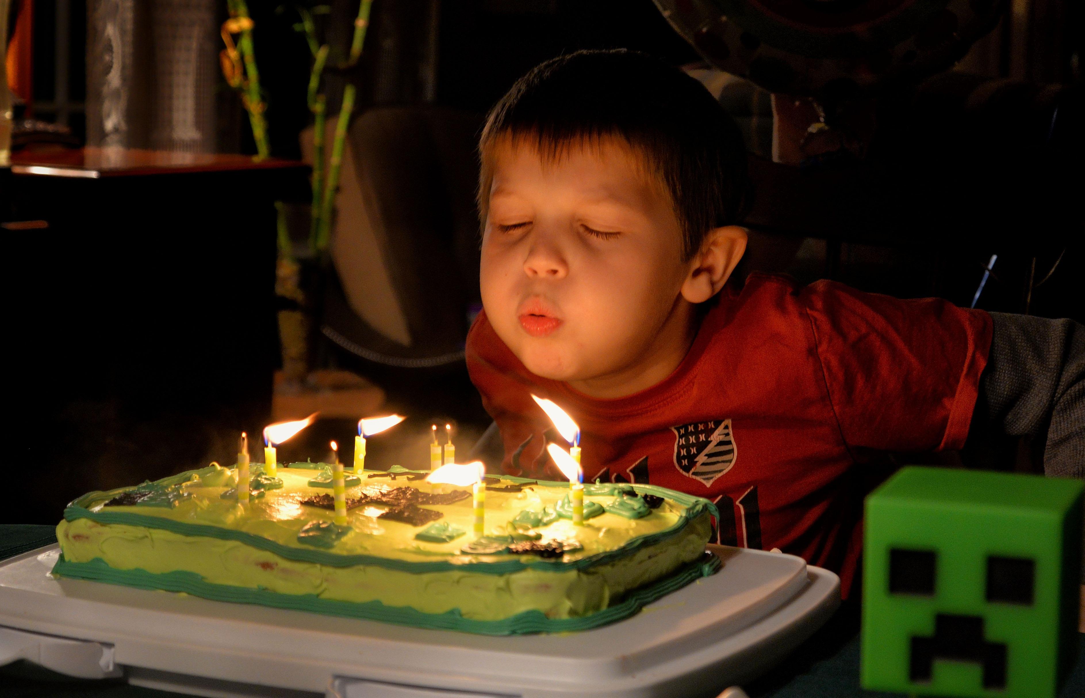 задувает свечи смешные картинки