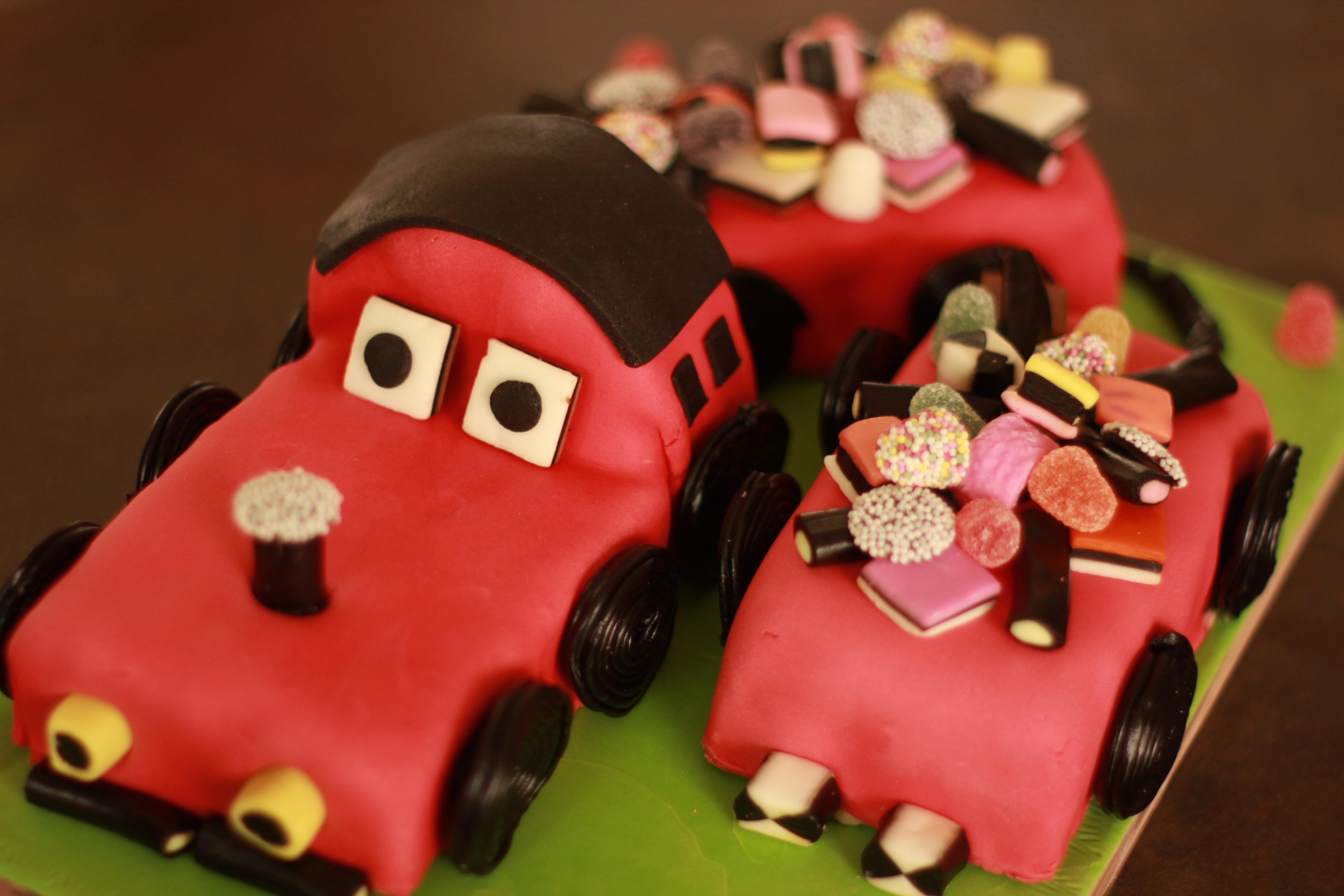 fotos gratis chico tren regalo comida rojo nio postre cocina pastel de cumpleaos festival velas formacin de hielo globos caramelo