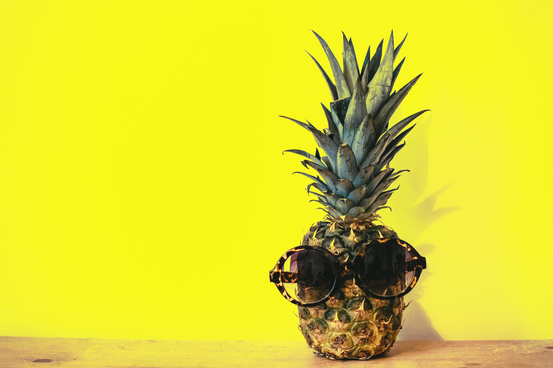 ee720ba4173a lyse farve dekoration design disjunct mad frisk frugt saftig ananas  stilleben solbriller gul
