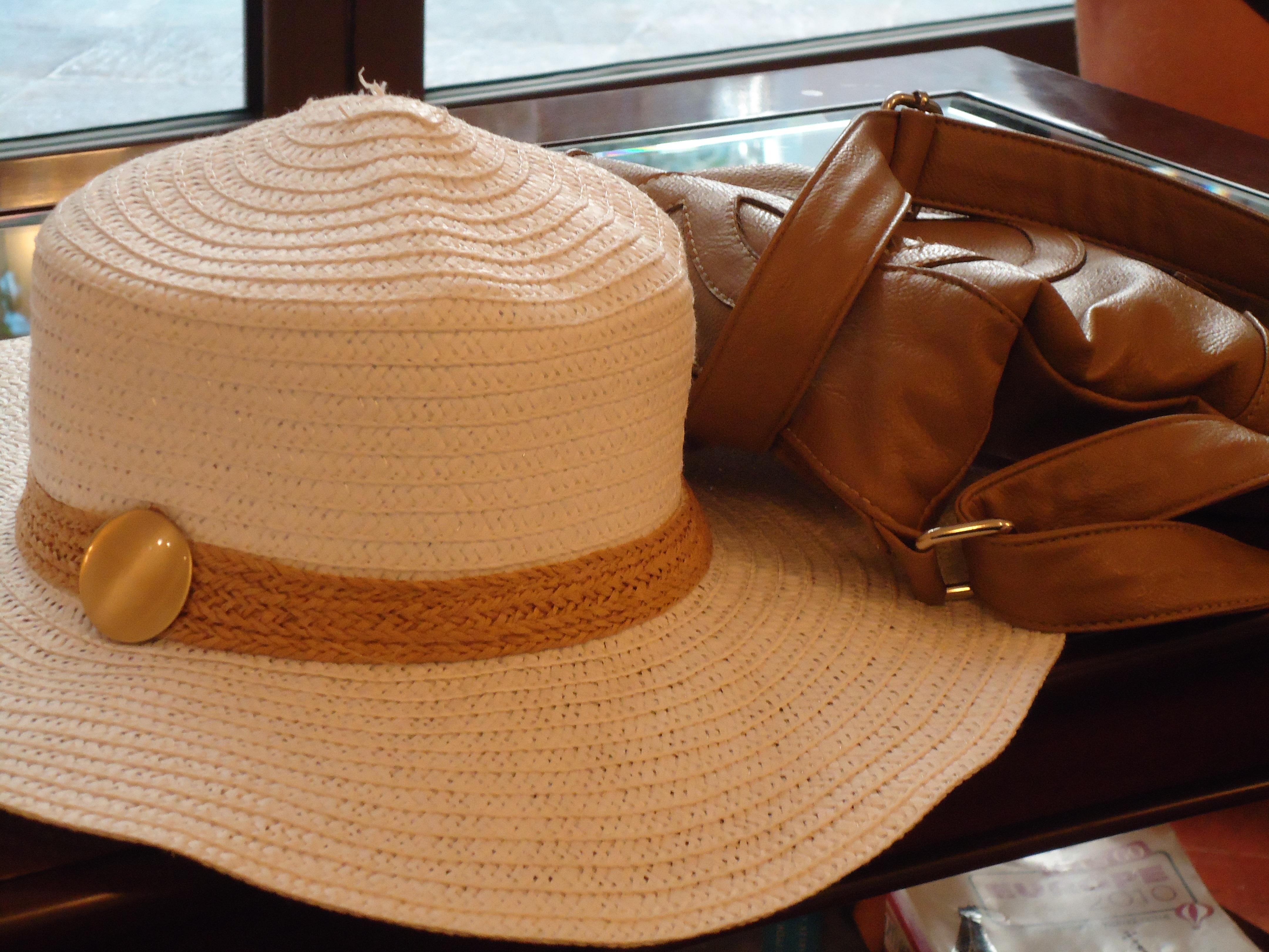 Коричневая шляпка и сумочка