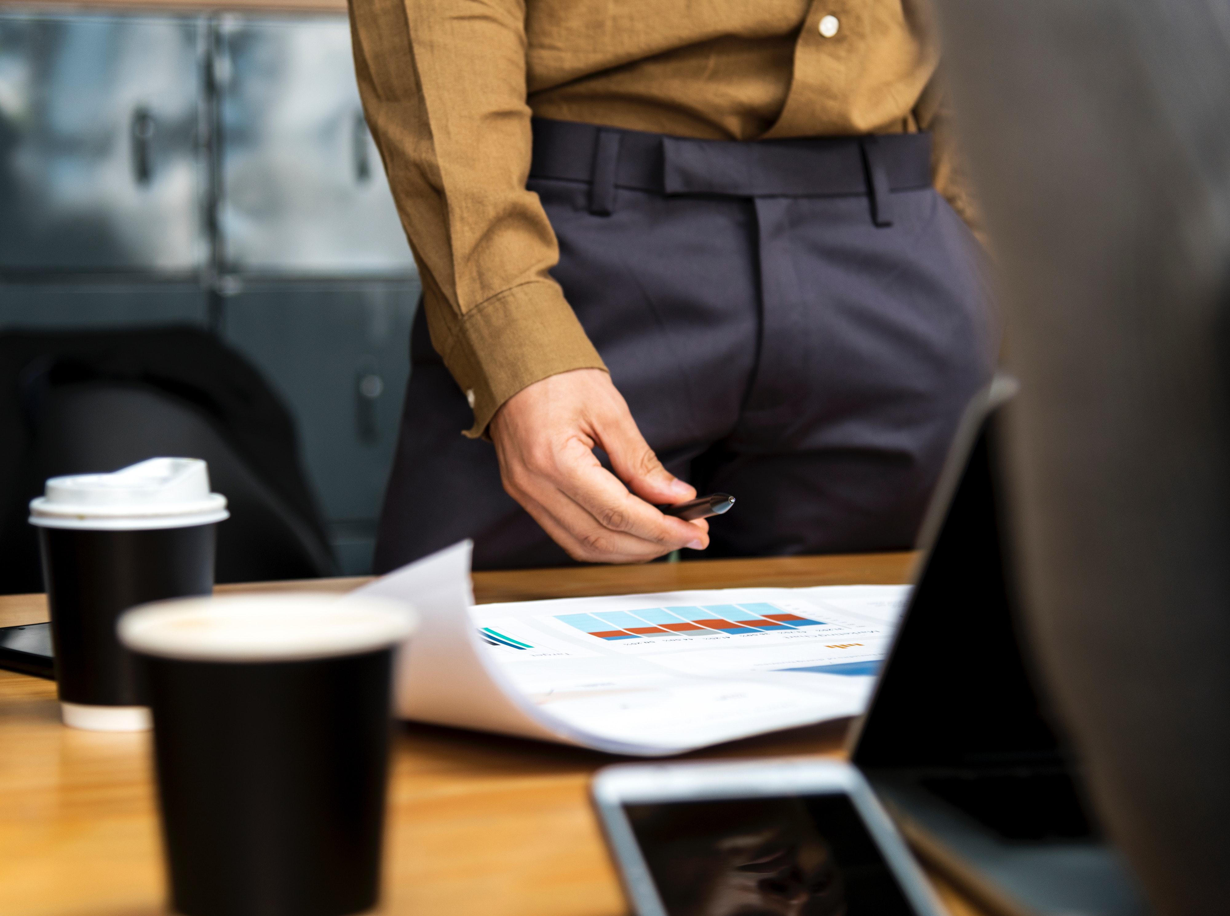 Jeune homme assis derrière un bureau dans un bureau moderne banque