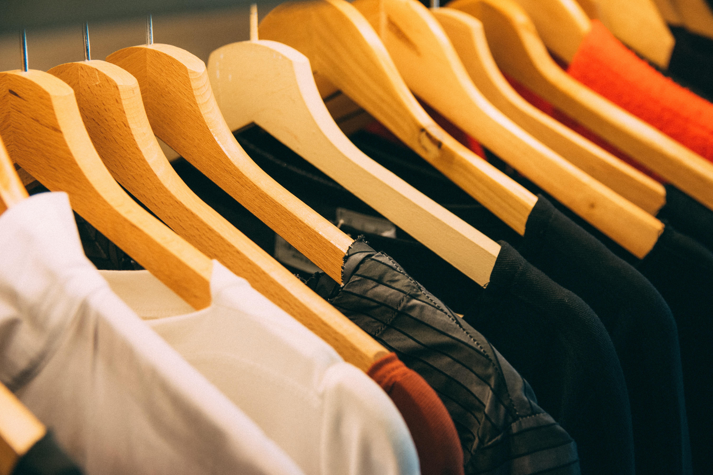 1c83b0b96e84 Consiglio dei ministri Abiti appendiabiti capi di abbigliamento grucce  sospeso in casa camera riga camicie azione