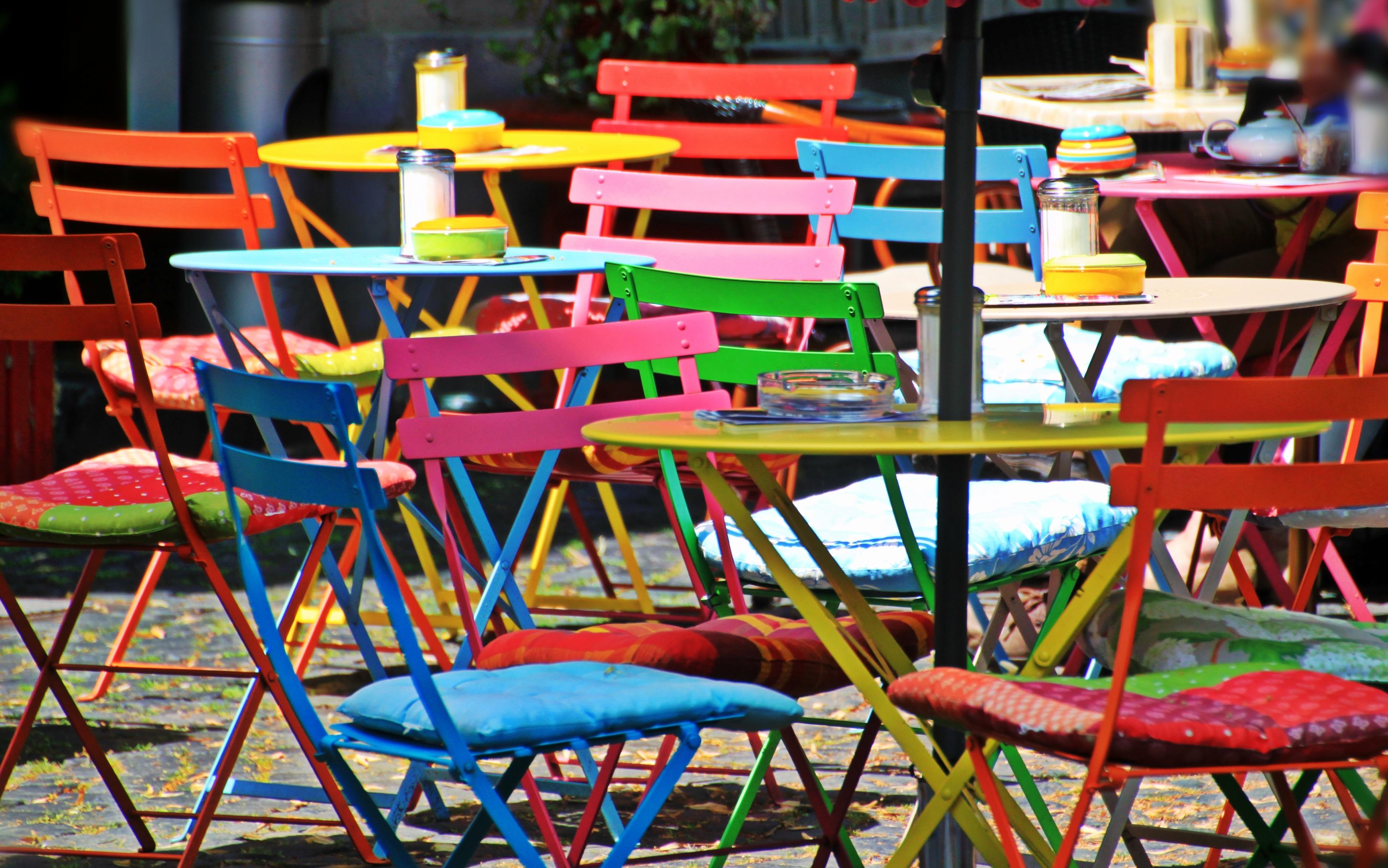 Fotos gratis : cafetería, jugar, silla, ciudad, color, mueble ...