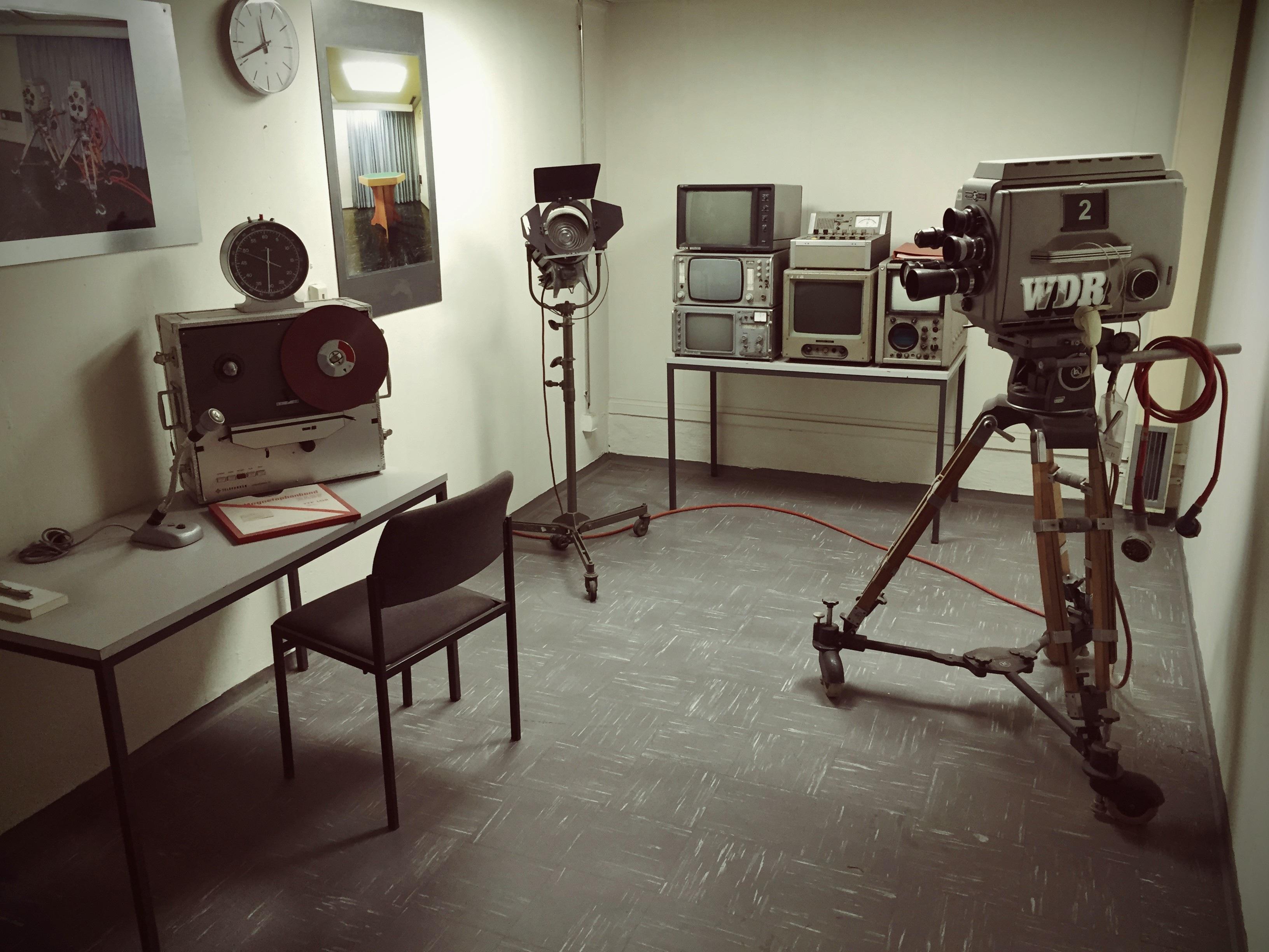 images gratuites cam ra r tro maison sol b timent film studio propri t chambre. Black Bedroom Furniture Sets. Home Design Ideas