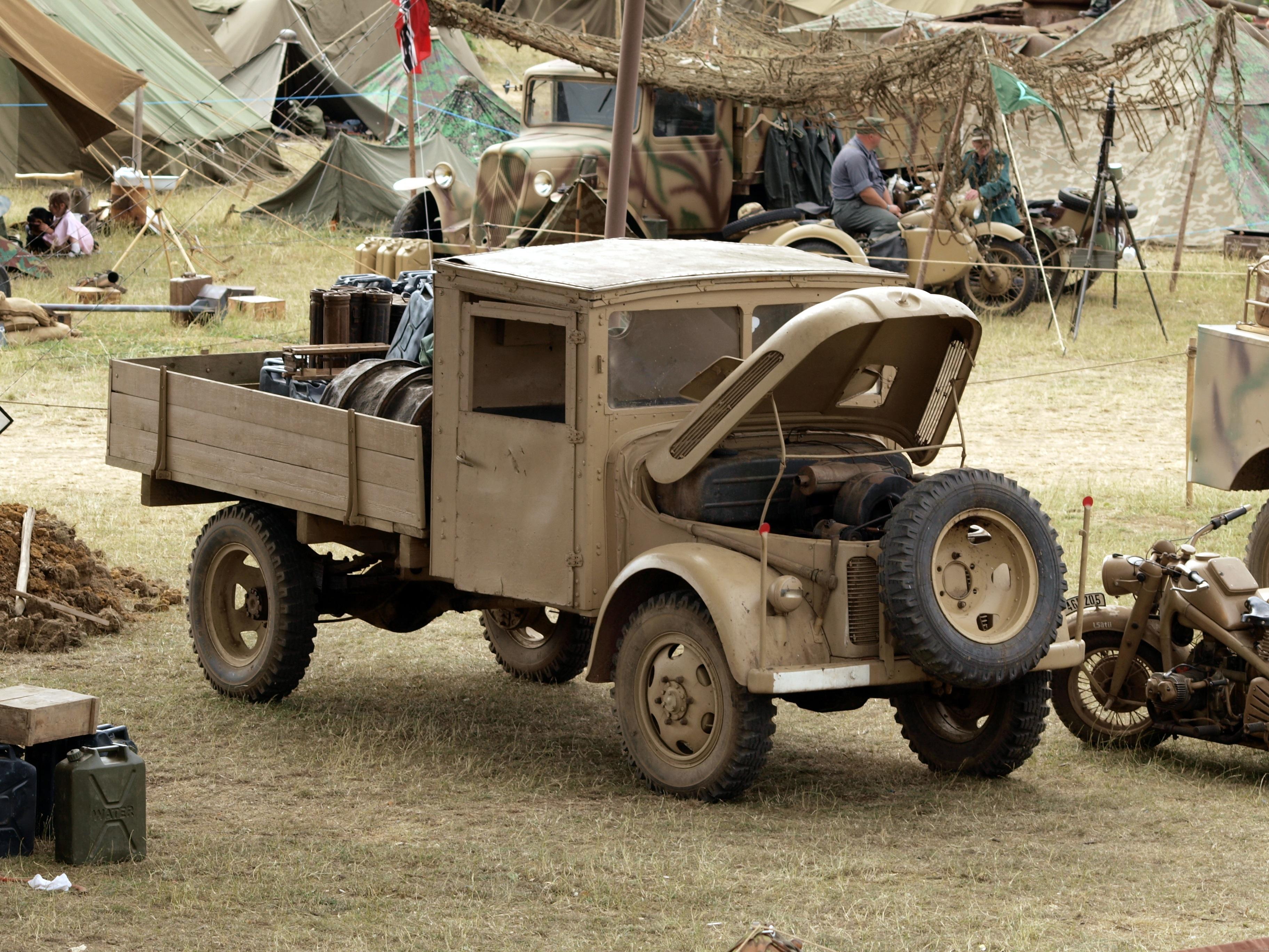 images gratuites jeep un camion arm e v hicule. Black Bedroom Furniture Sets. Home Design Ideas