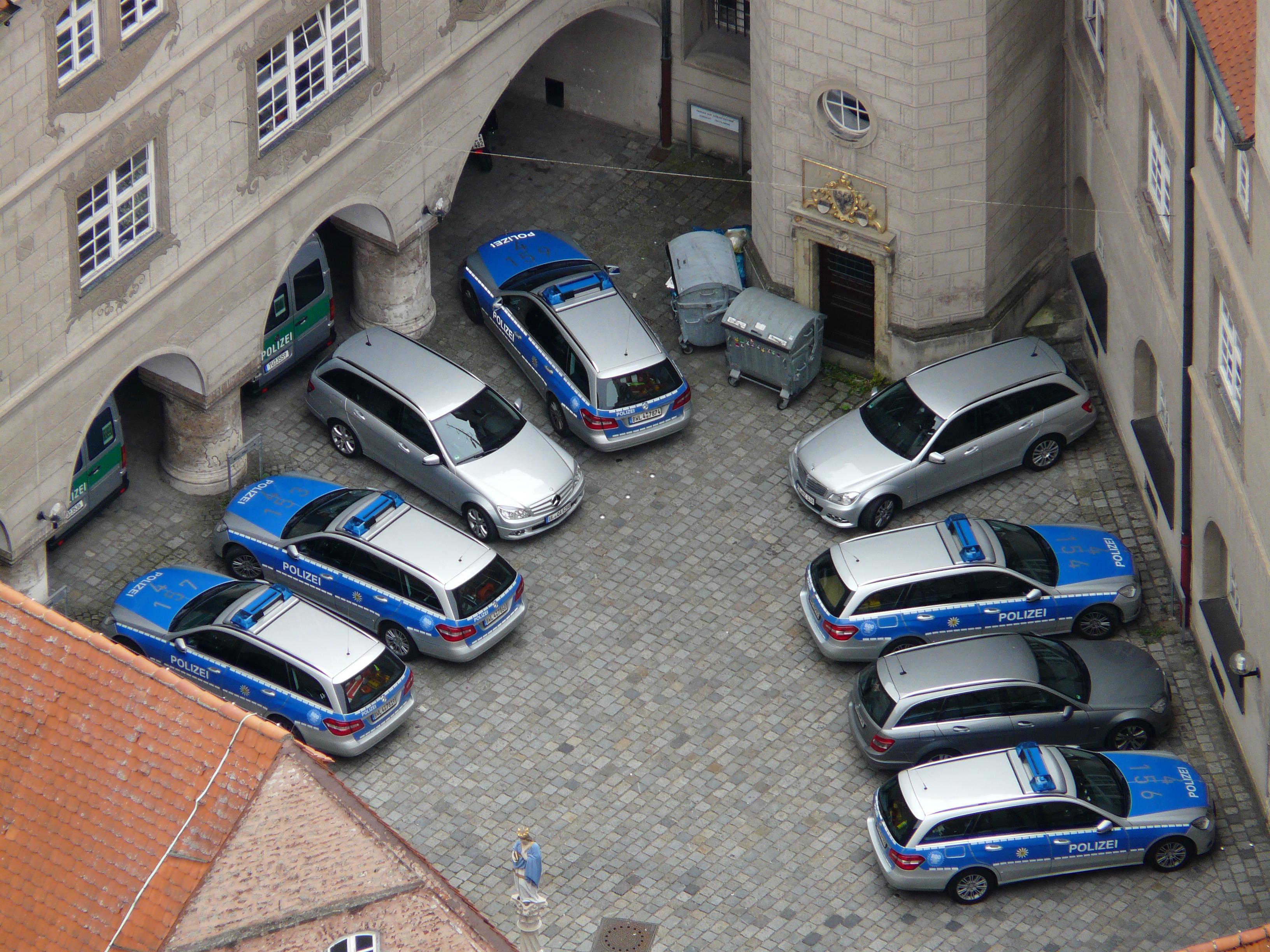 hình ảnh : xe hơi, bãi đỗ xe, vận chuyển, màu xanh da trời, nhìn từ trên không, bãi đậu xe, phương tiện giao thông công cộng, Bội, bạc, cảnh sát, ...