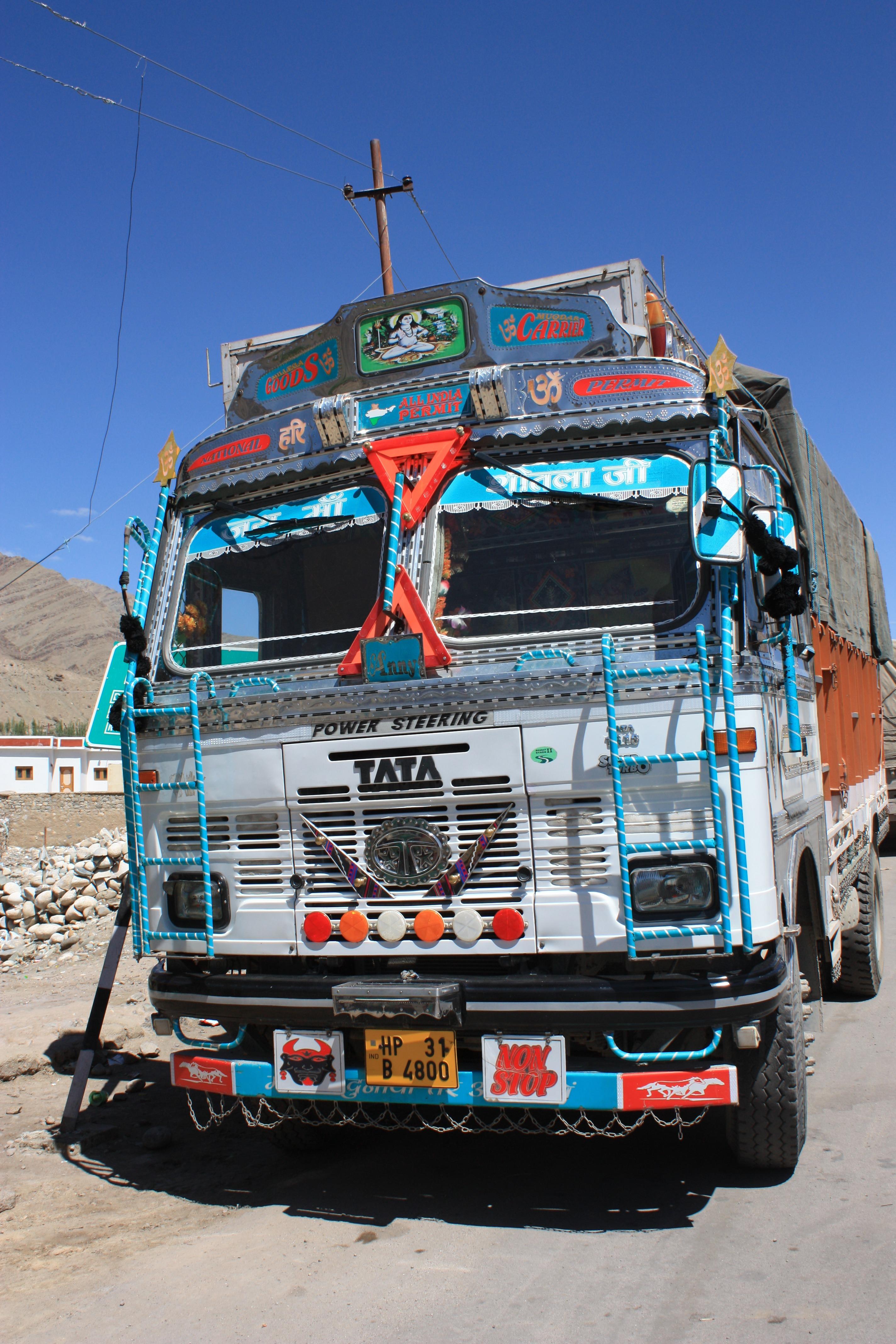 Gambar Mobil Mengangkut Truk Kendaraan Balap India Keberatan