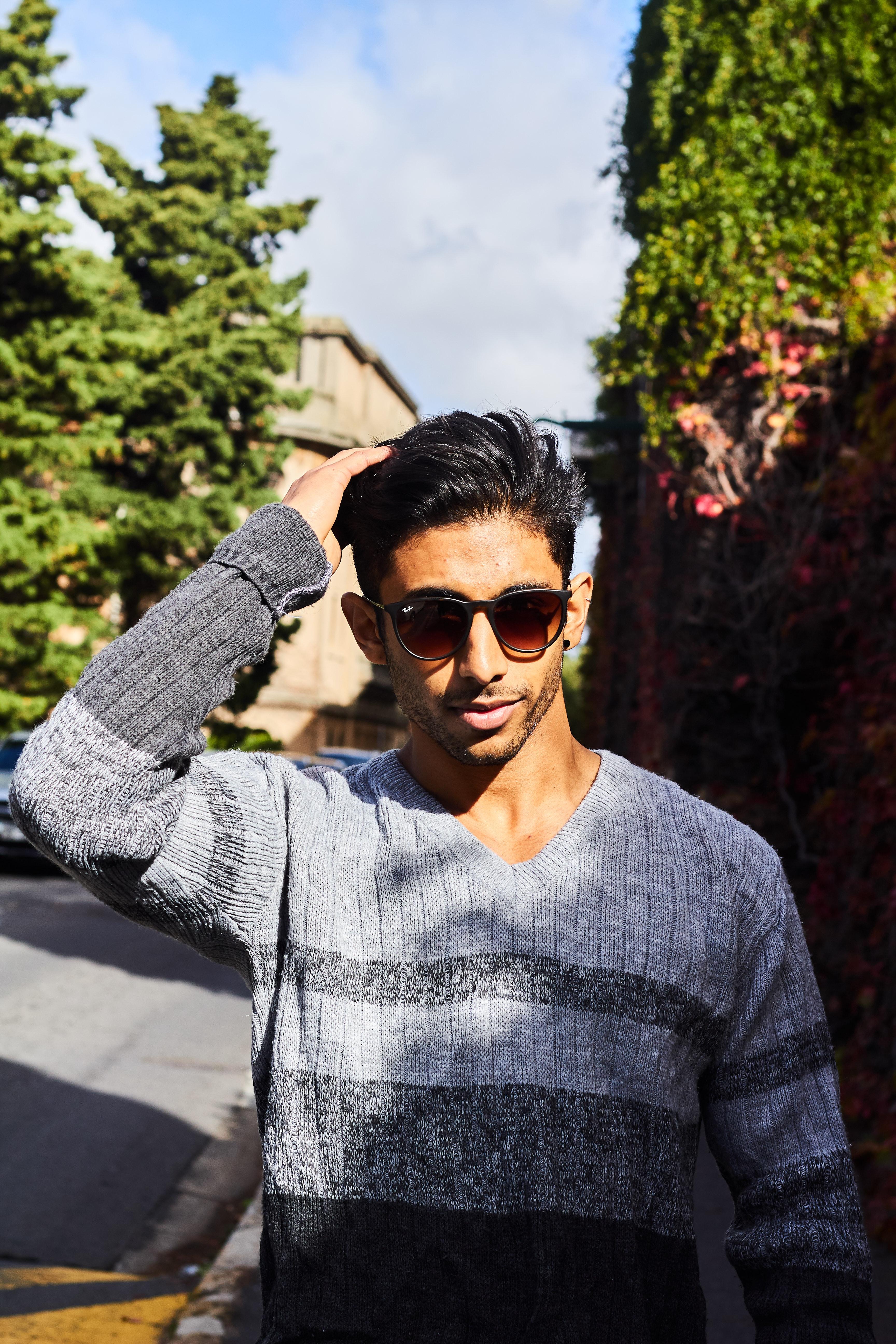 9a9edab0ad37 afslappet tøj dagslys briller mode fin leder frisure mand udendørs uden for  person positur stil solbriller