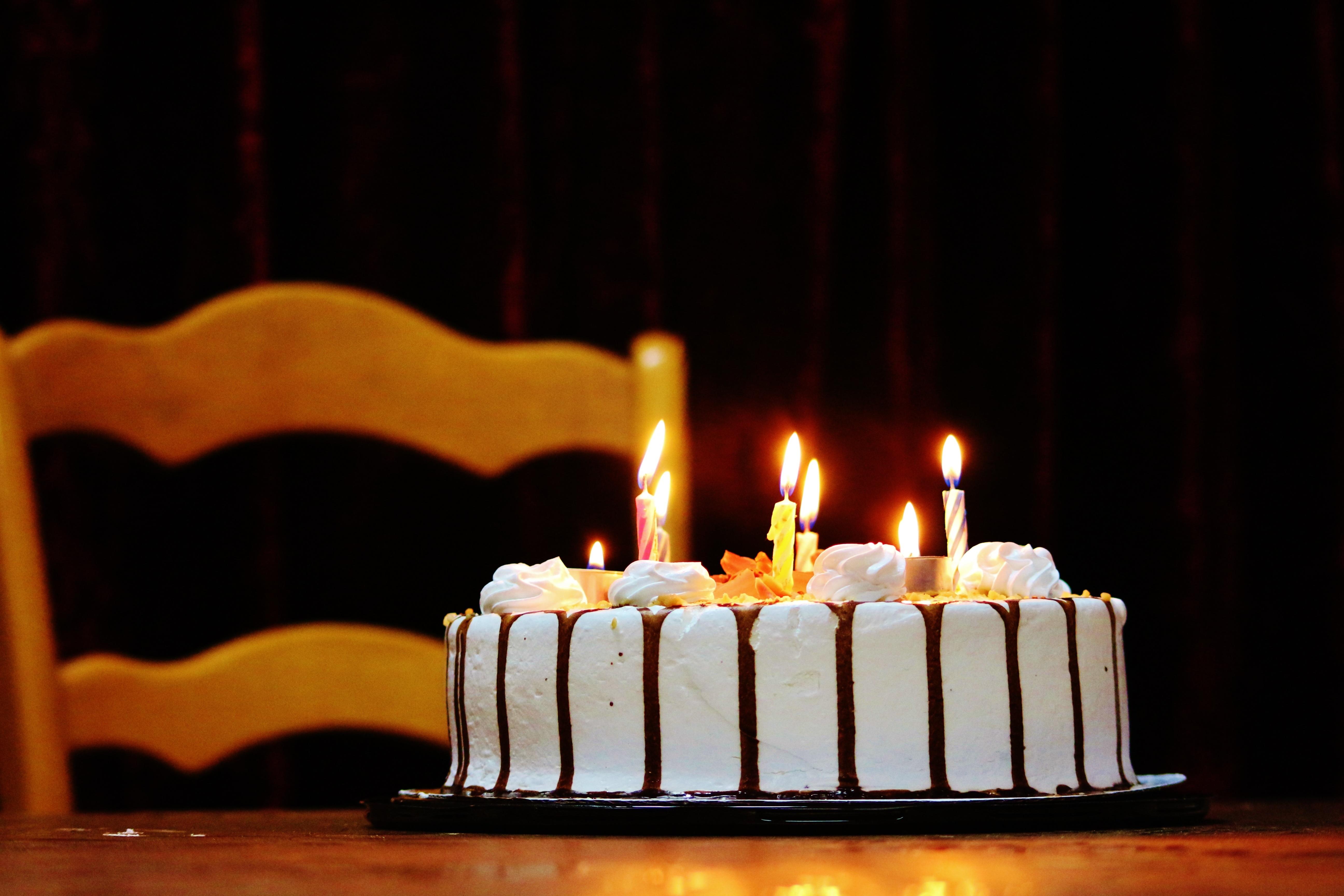 создать картинку торта со свечами художественных работ такая