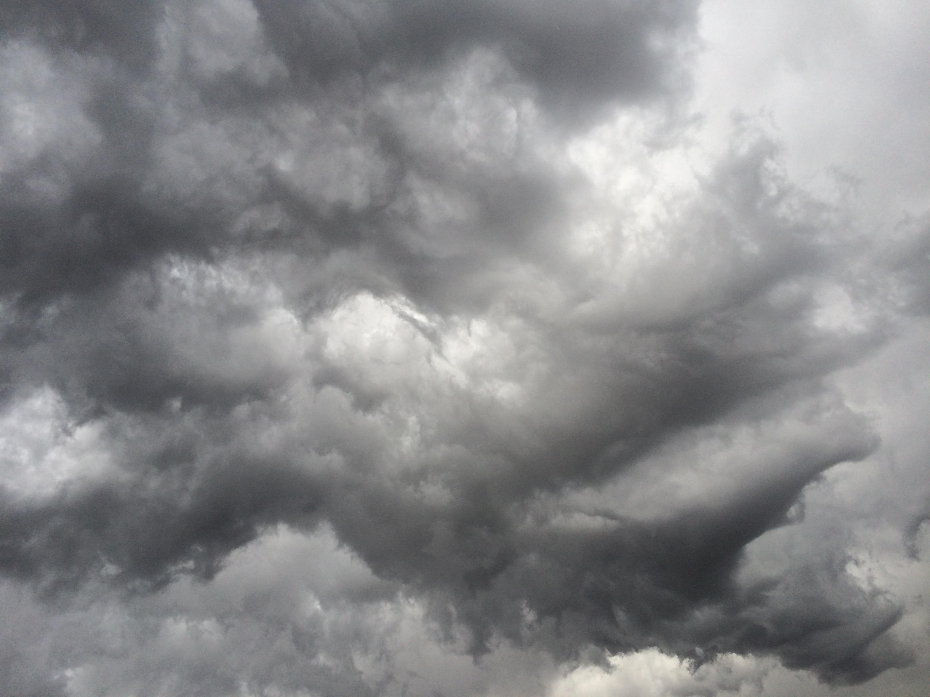 gambar hitam dan putih langit suasana siang hari