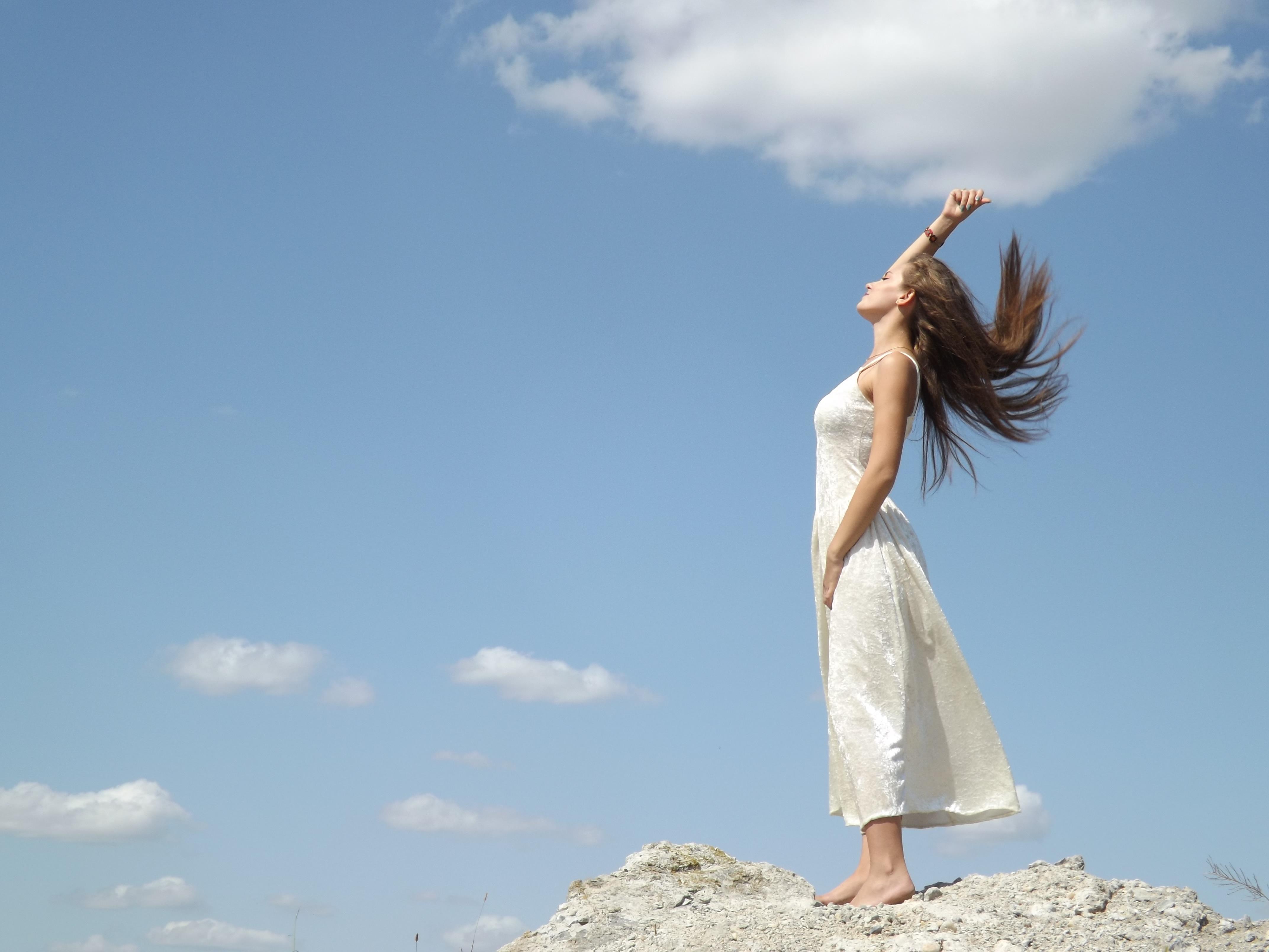 Картинки девушка смотрит на облака