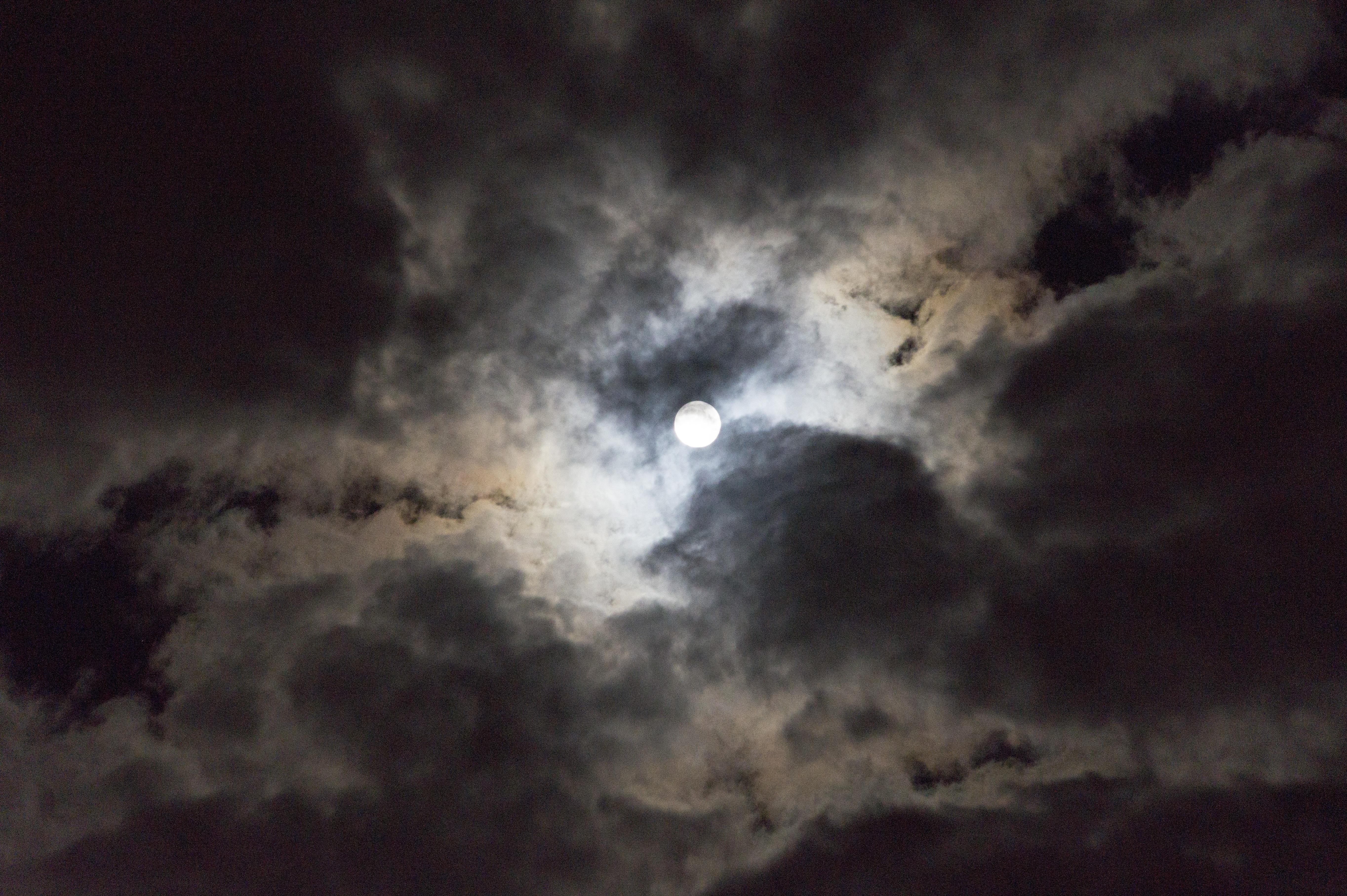 жаль, что фотография луны в облаках набережным канала