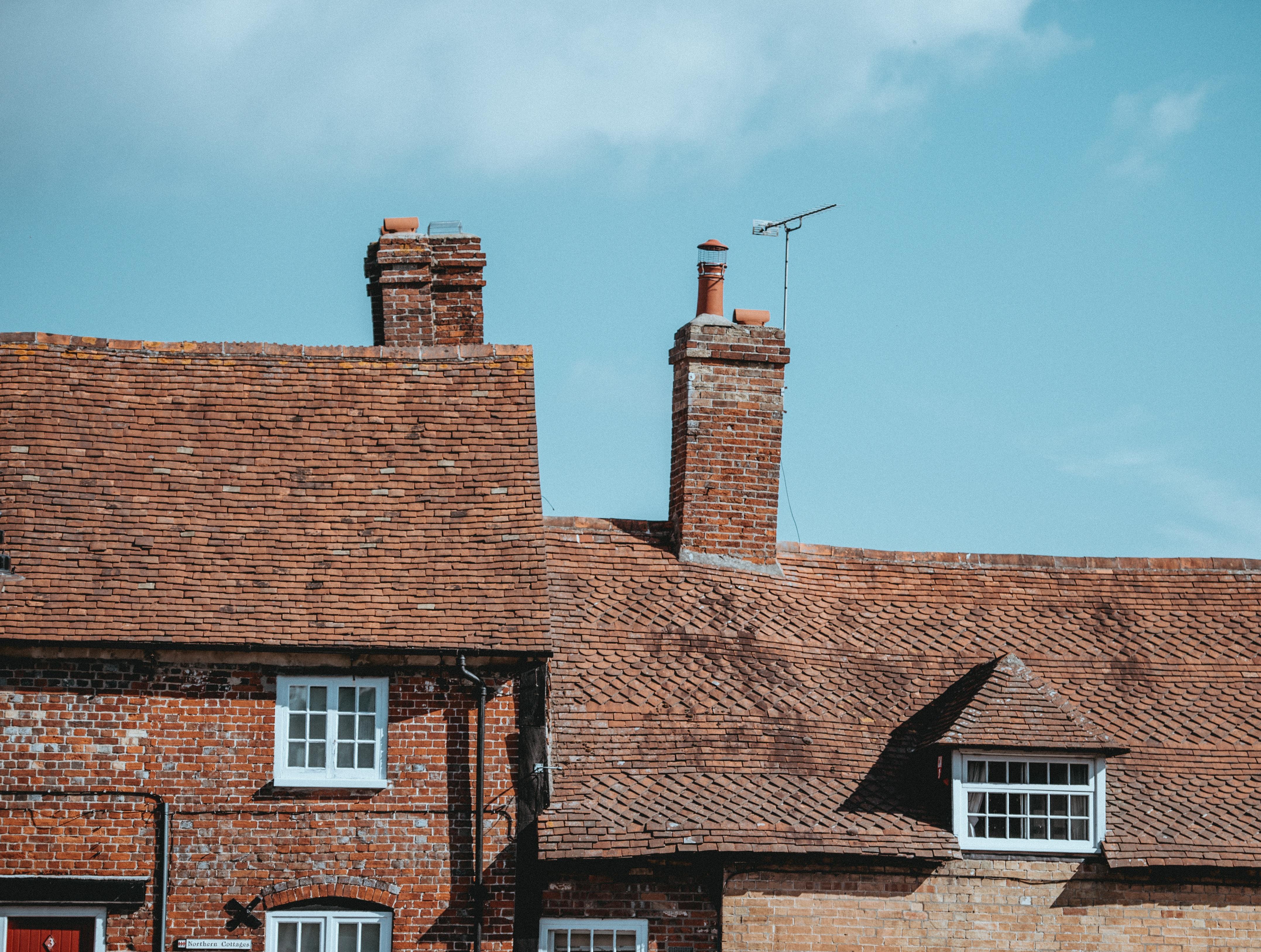 Attraktiv Wolke Himmel Holz Haus Fenster Dach Gebäude Zuhause Kamin Fassade Fliese Außen  Ziegel Ziegeldach Mauerwerk Wohngebiet