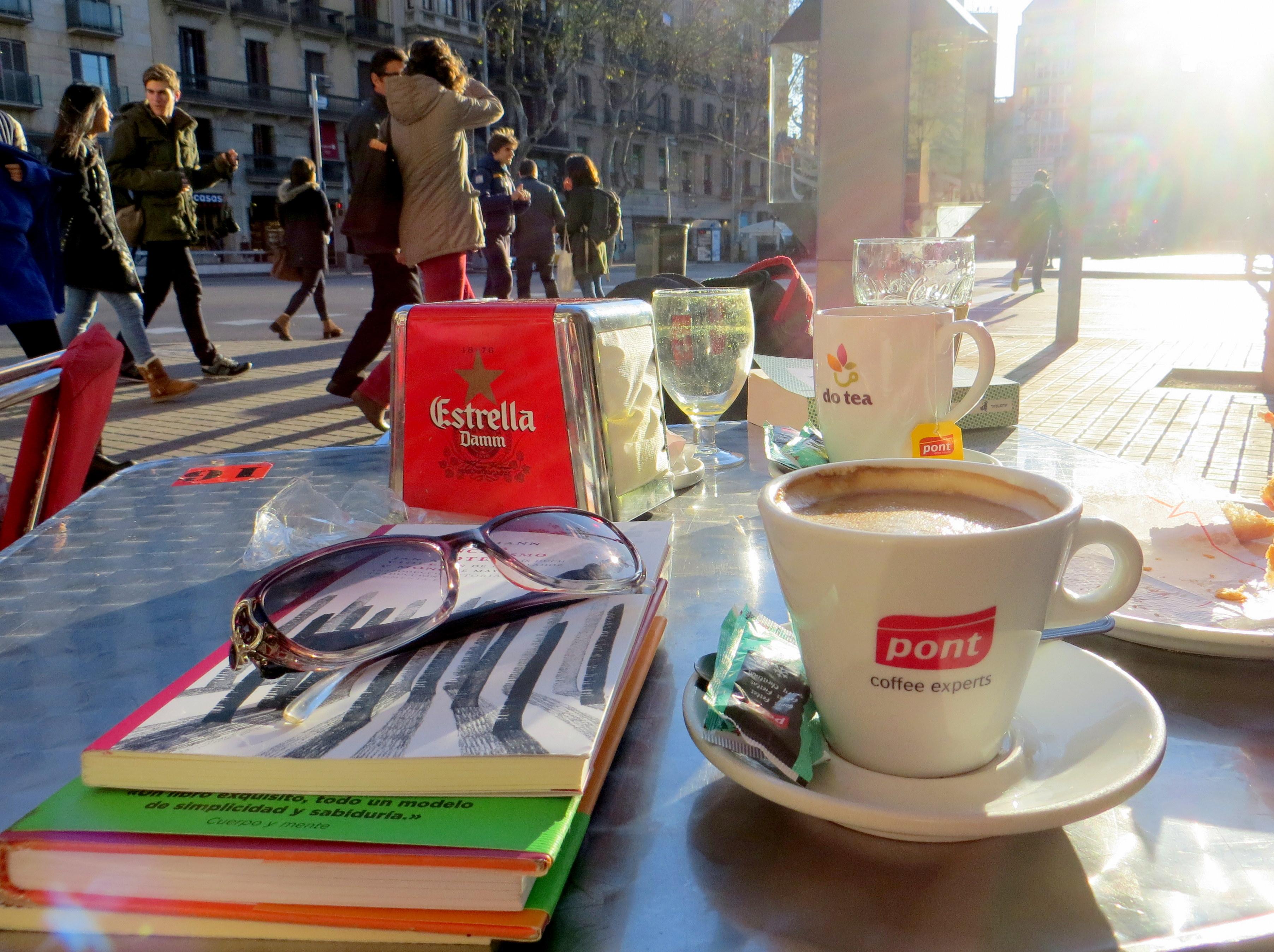 Fotos gratis : cafetería, lío, mesa, gafas, Nerd, libros, turismo ...