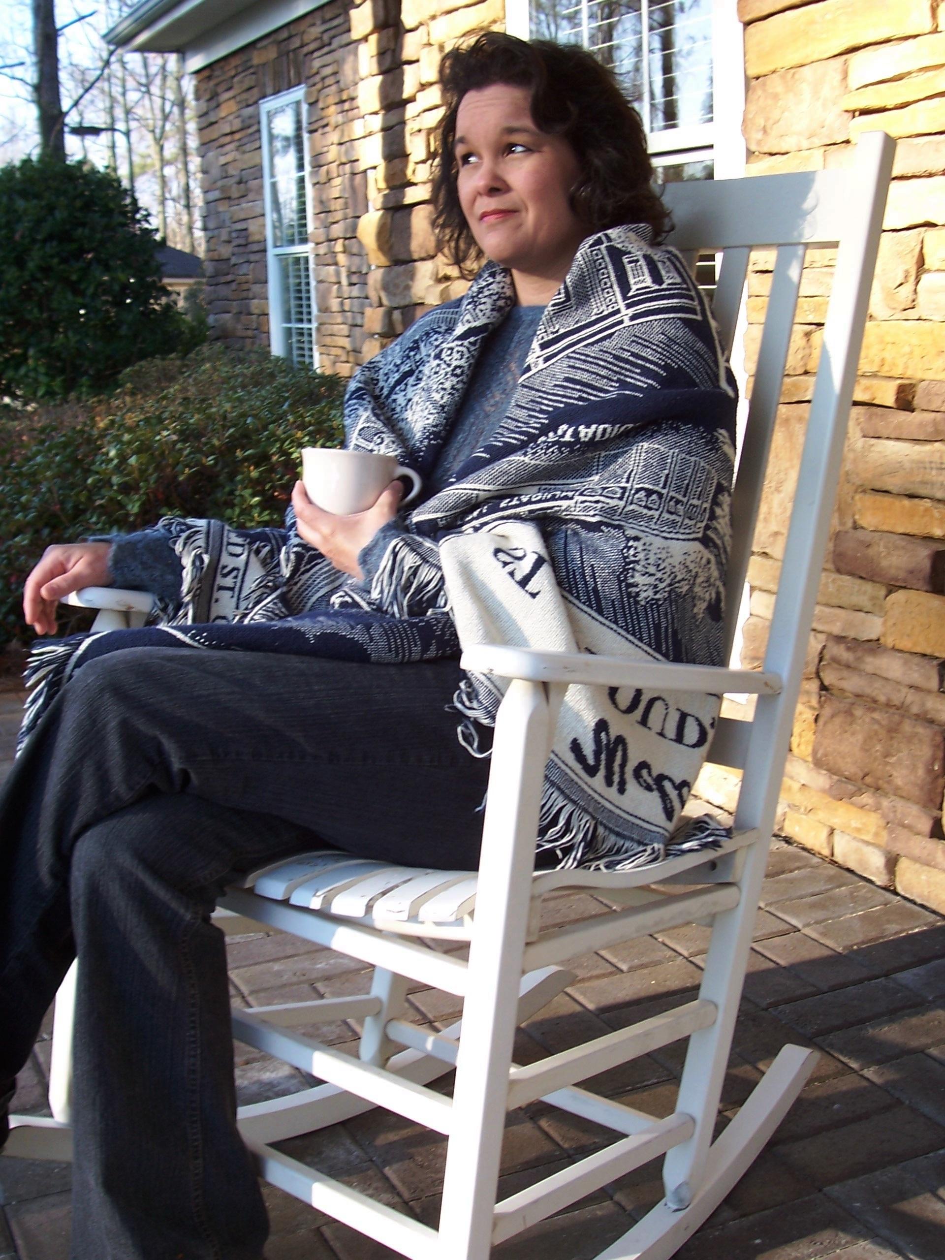 Kaffee Frau Sessel Zuhause Land Veranda Bein Sitzung Mode Kleidung Möbel  Lebensstil Oberbekleidung Draußen Gebürtig Kleid