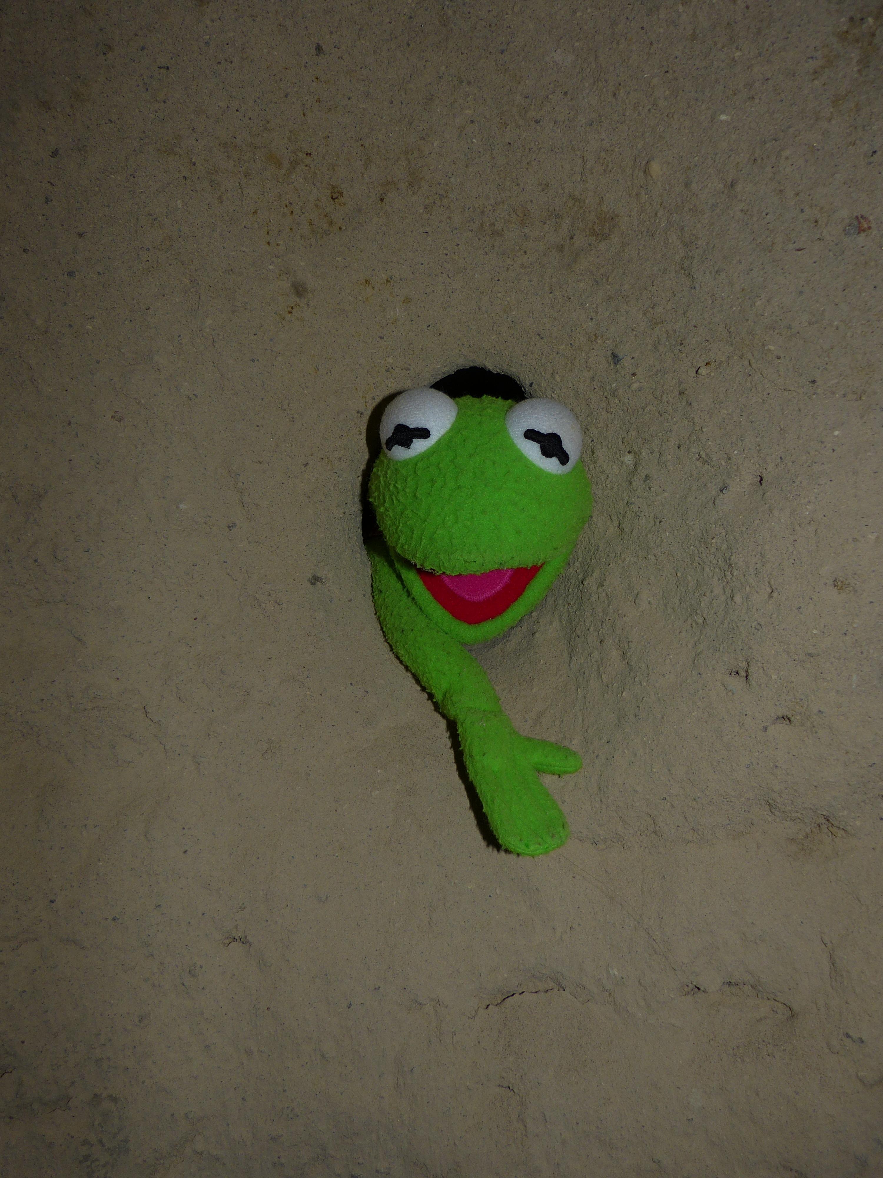 Fotos gratis : frío, agujero, número, pared, piedra, verde, rojo ...