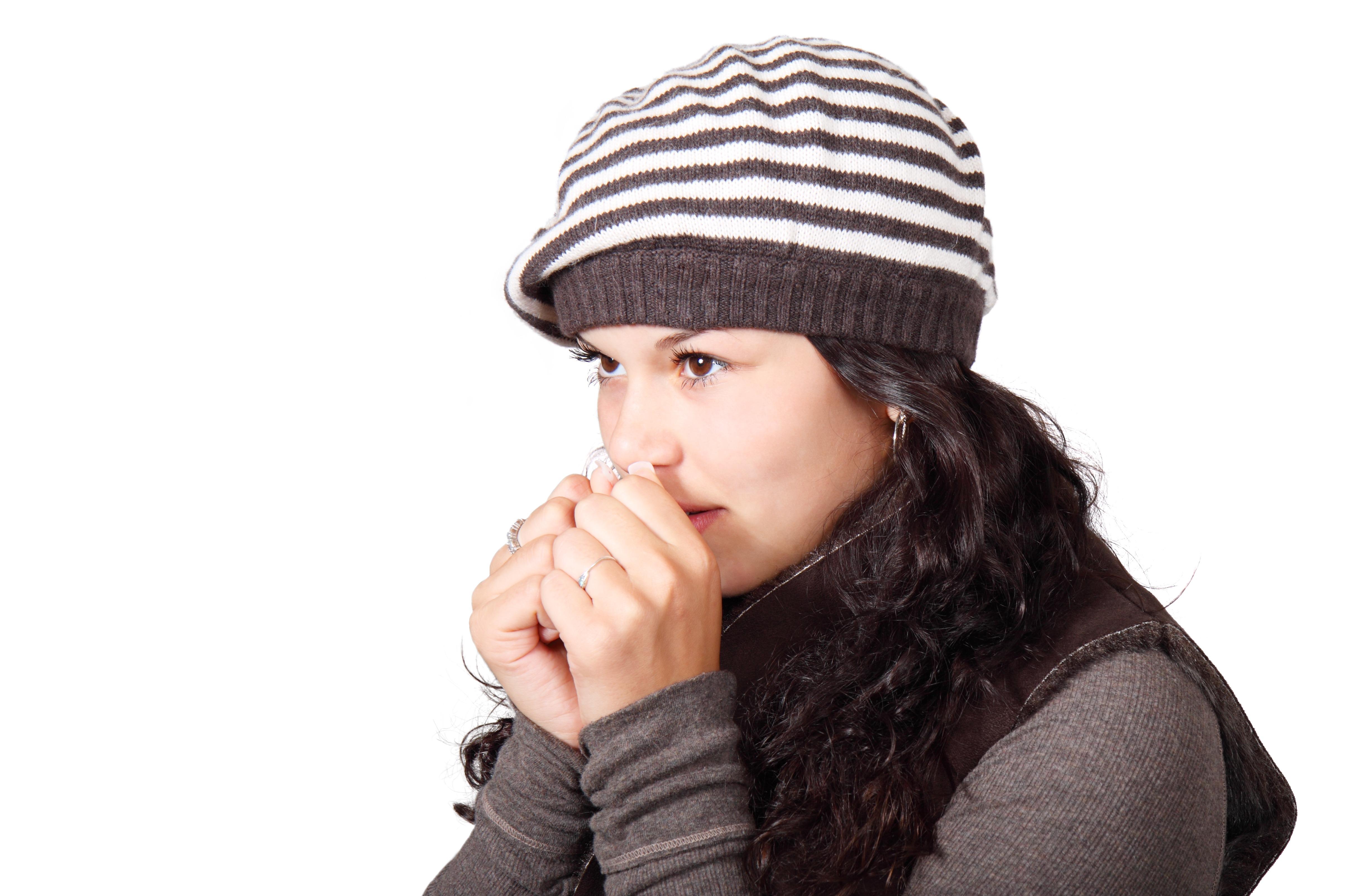 hideg téli emberek lány nő aranyos izolált keres kabát fiatal kalap fagyott  ruházat fejfedő micisapka baseball d7f0128326